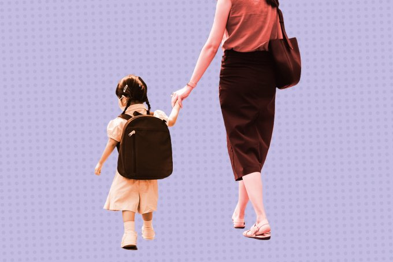 Criança-sendo-levada-pela-mãe-para-escola