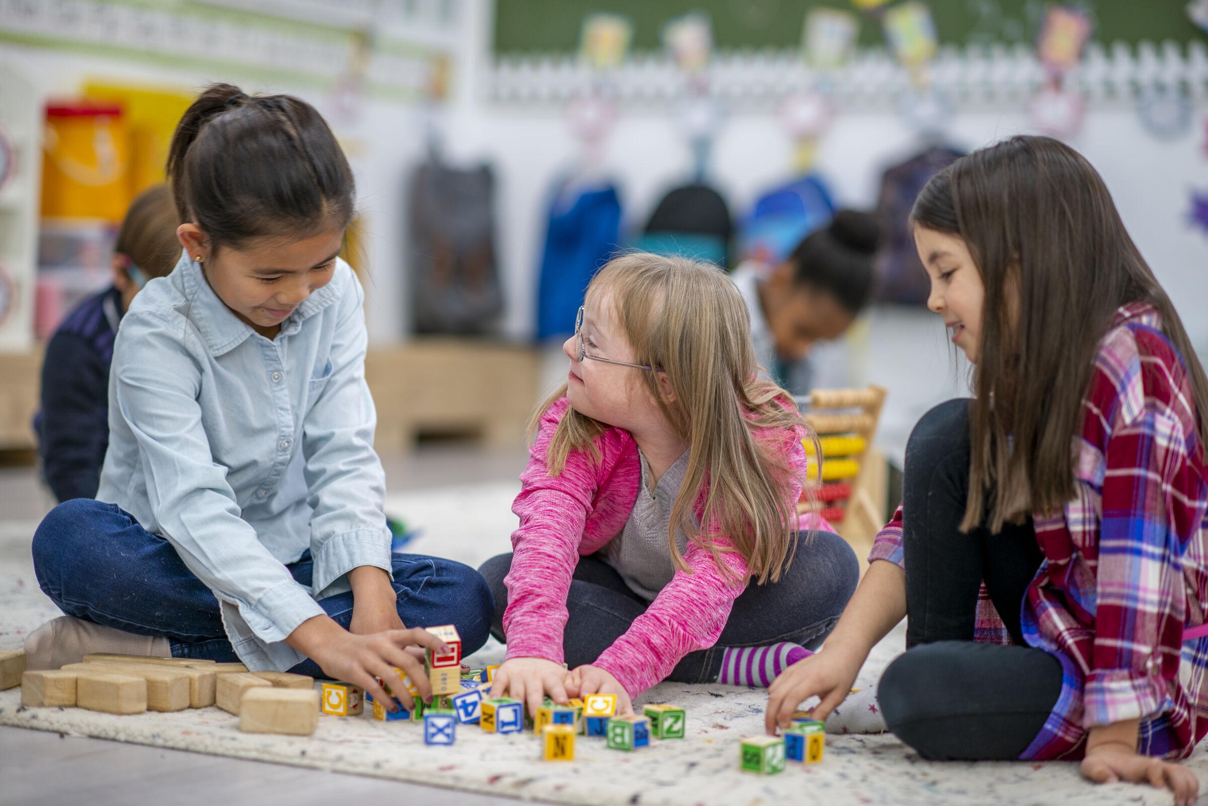 Crianças-brincando-juntas-na-escola