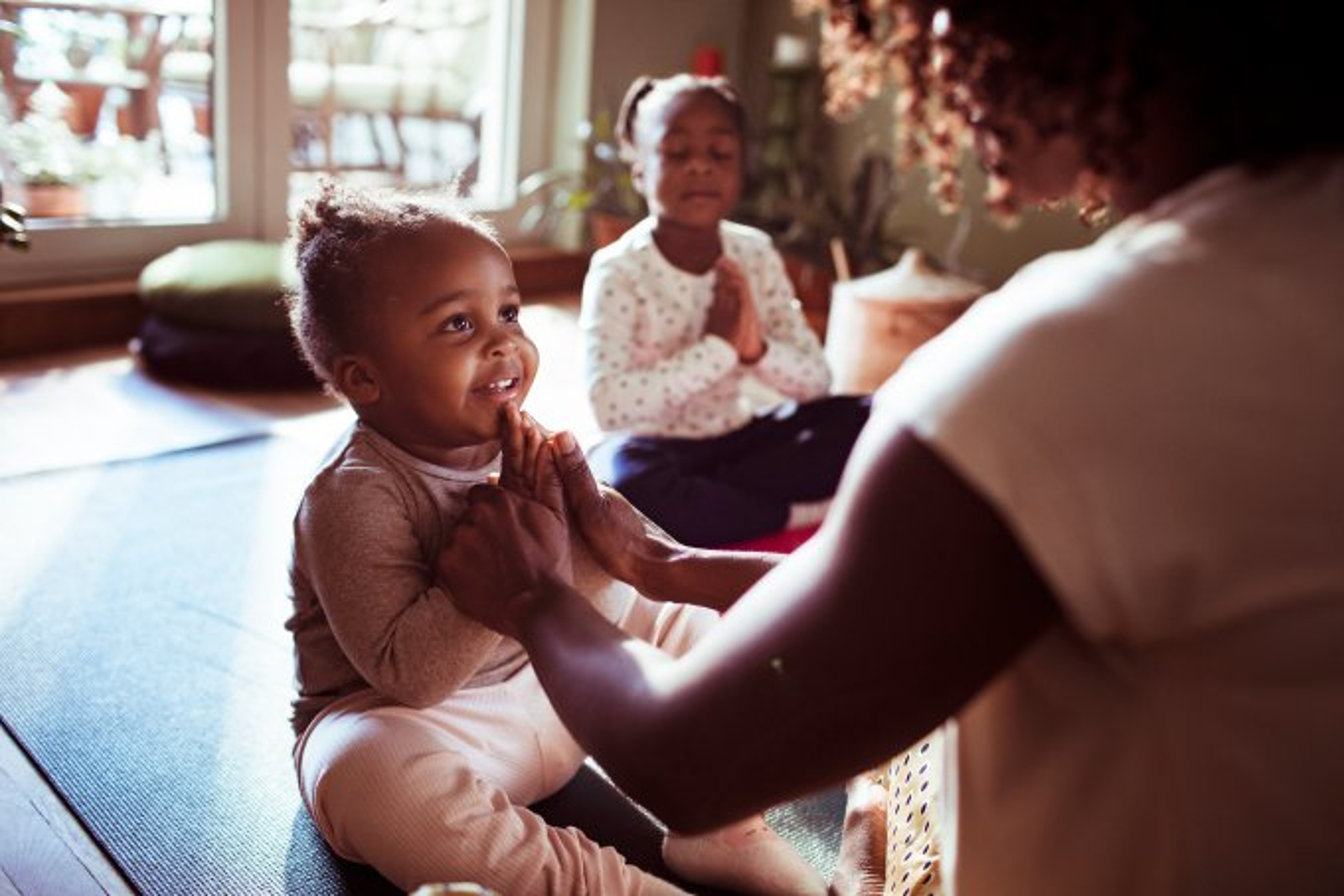 Mãe-ensinando-Ioga-para-filha