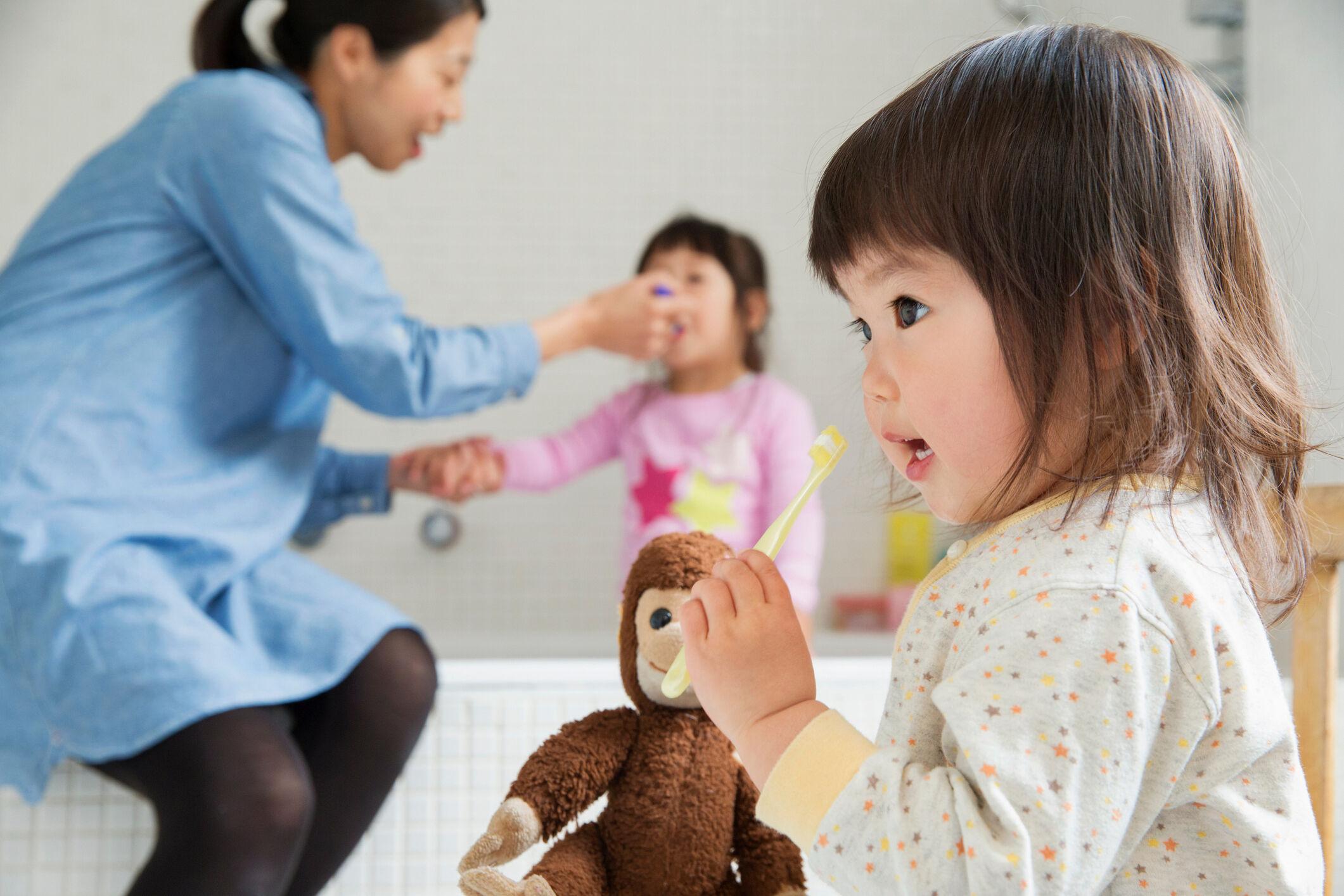 crianca-escovando-dentes