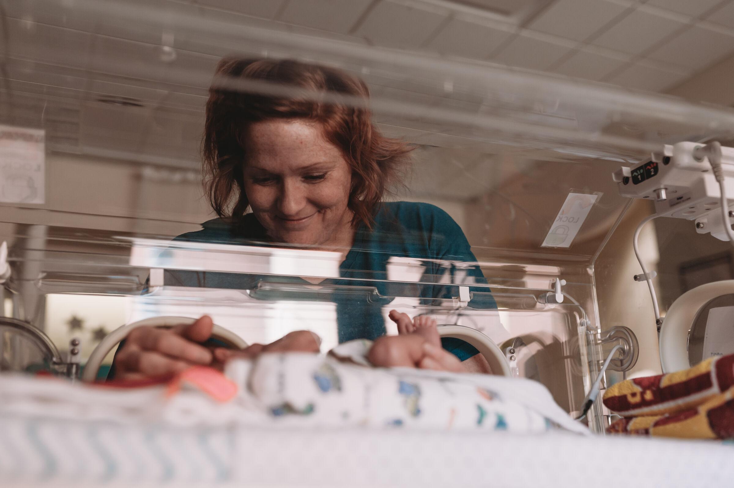 Mãe-segurando-a-mão-do-filho-prematuro