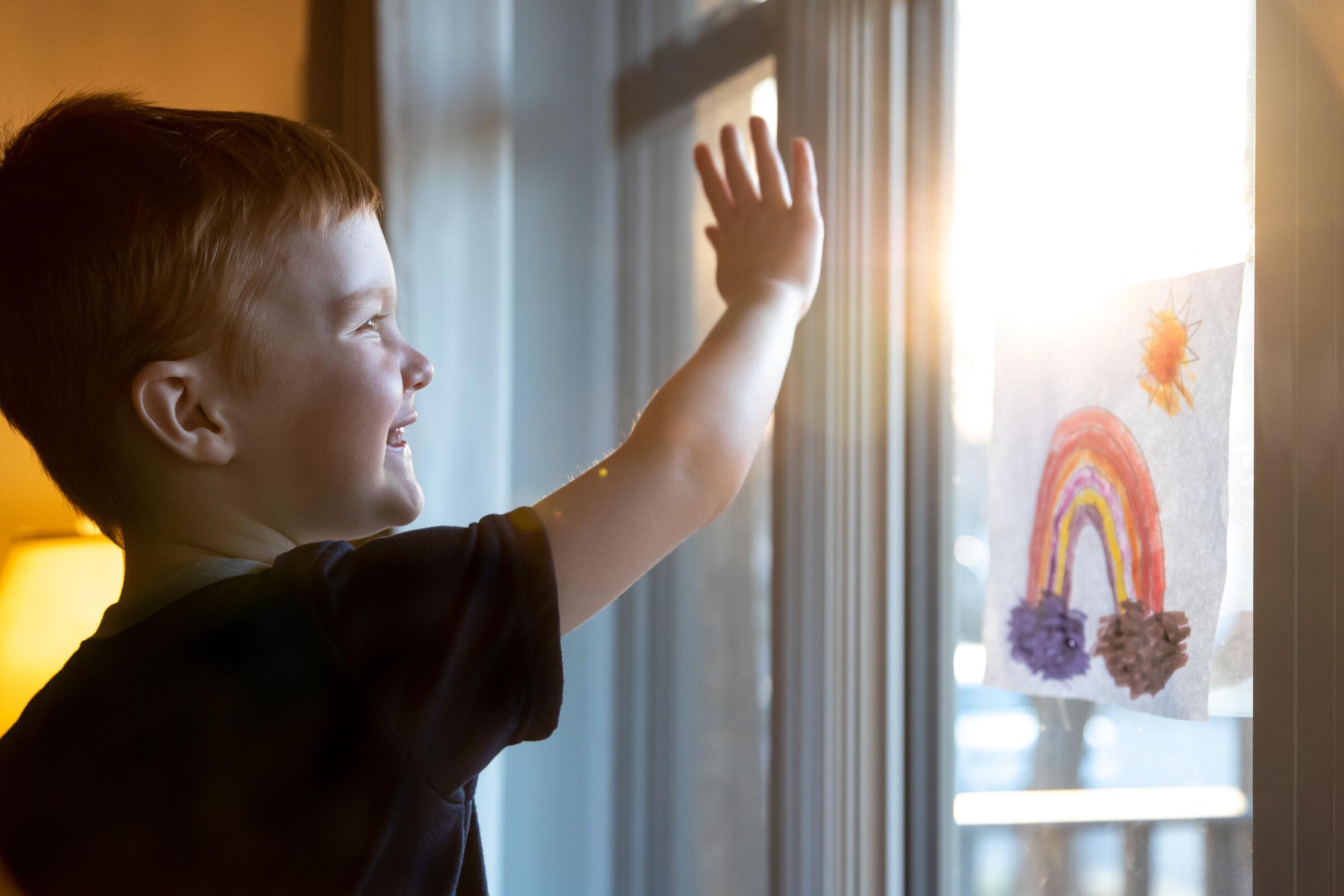 Criança-com-desenho-de-arcoiris-remetendo-a-esperanca-em-tempos-de-covid