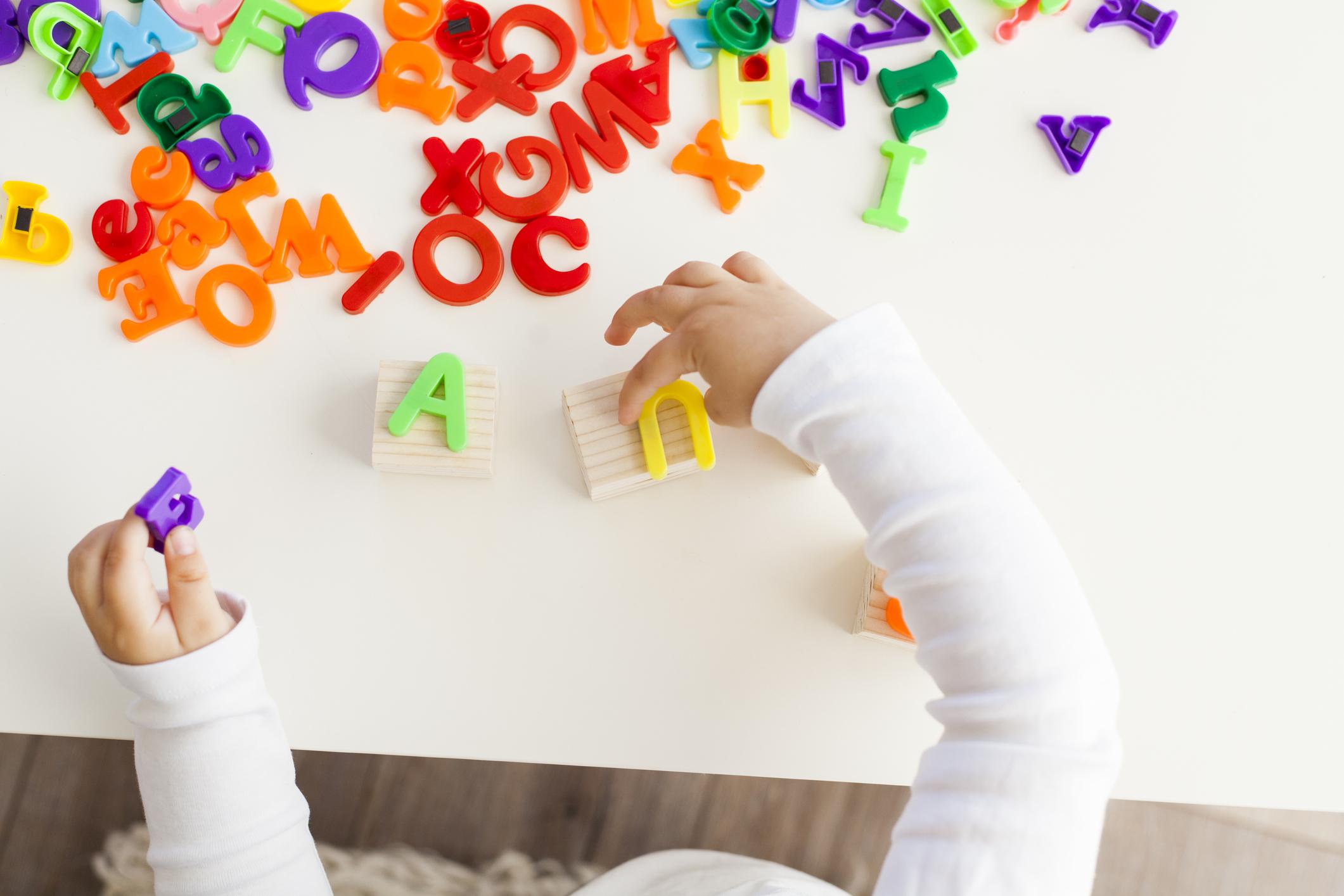 Imagem de criança brincando com letras