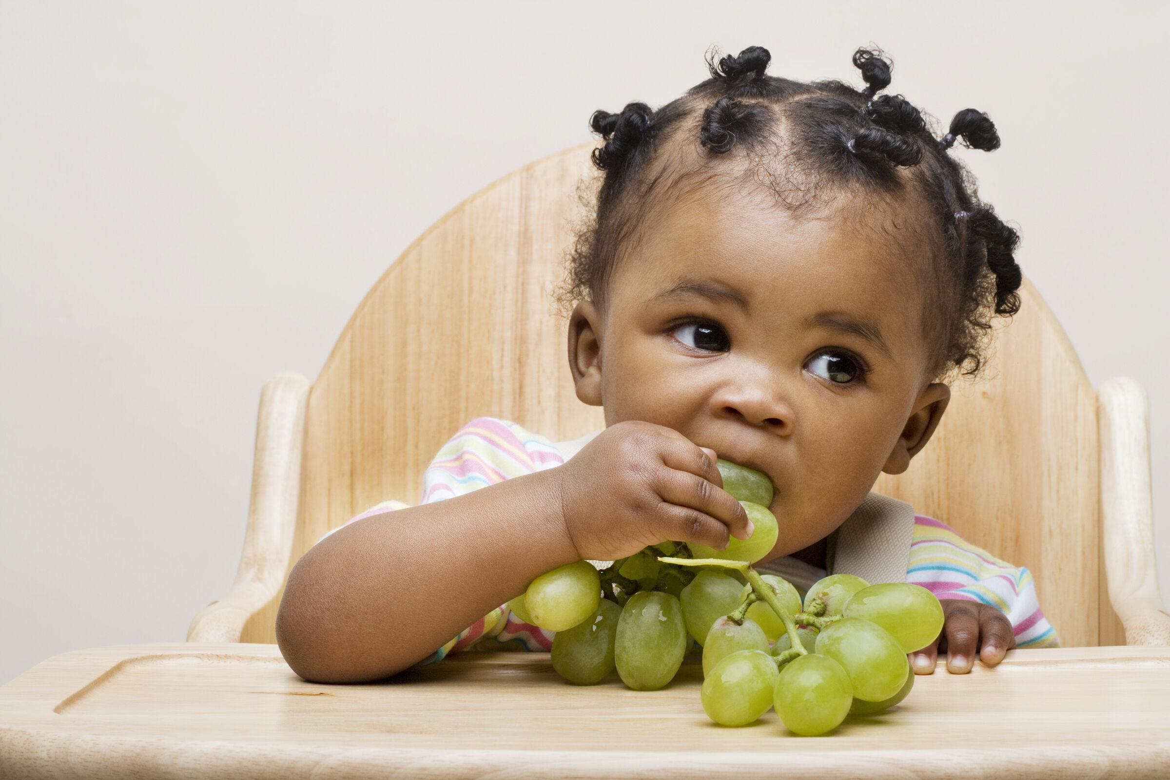 Garotinha-comendo-uva