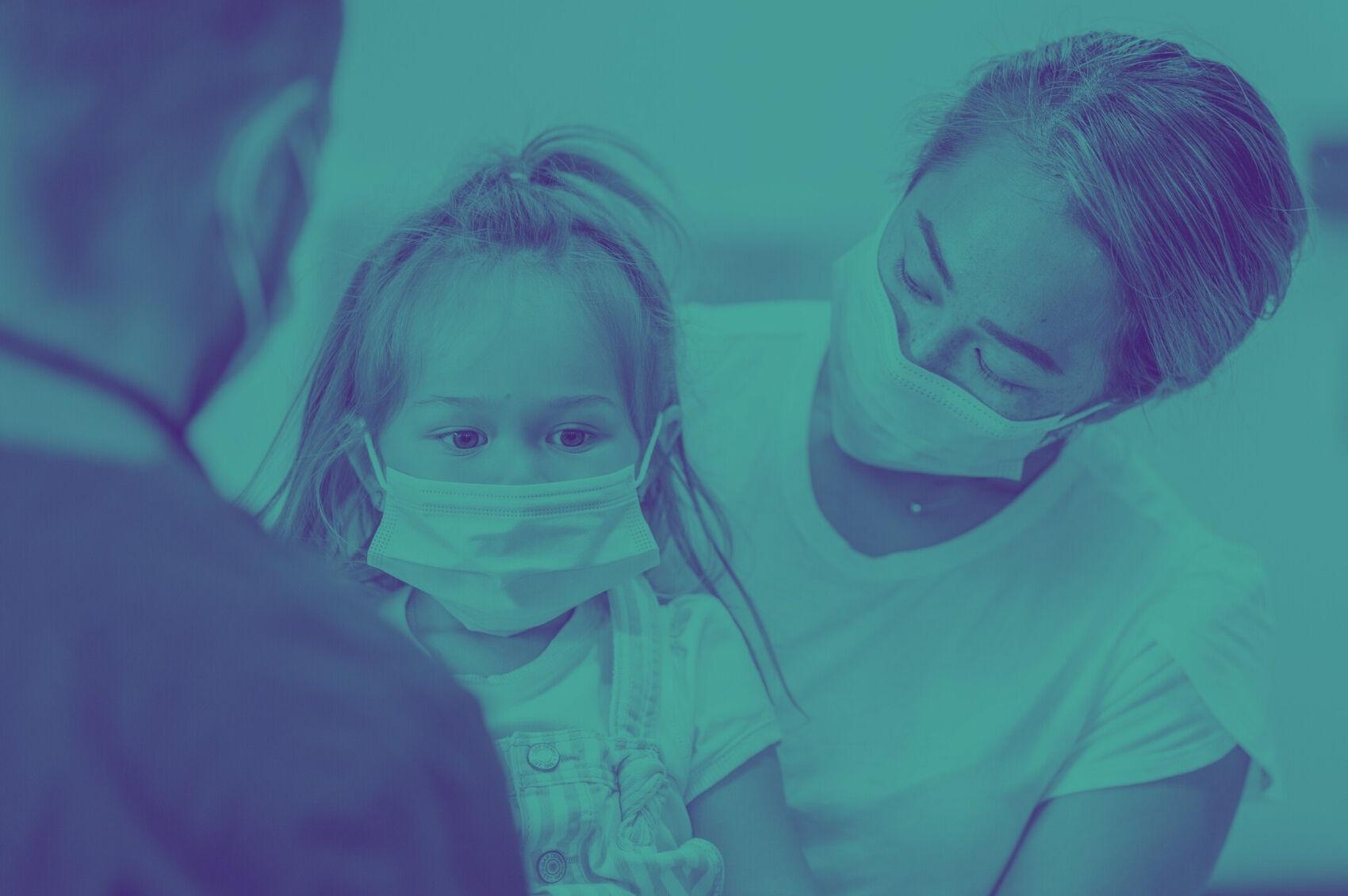 Criança-com-máscara-se-consultando-com-pediatra