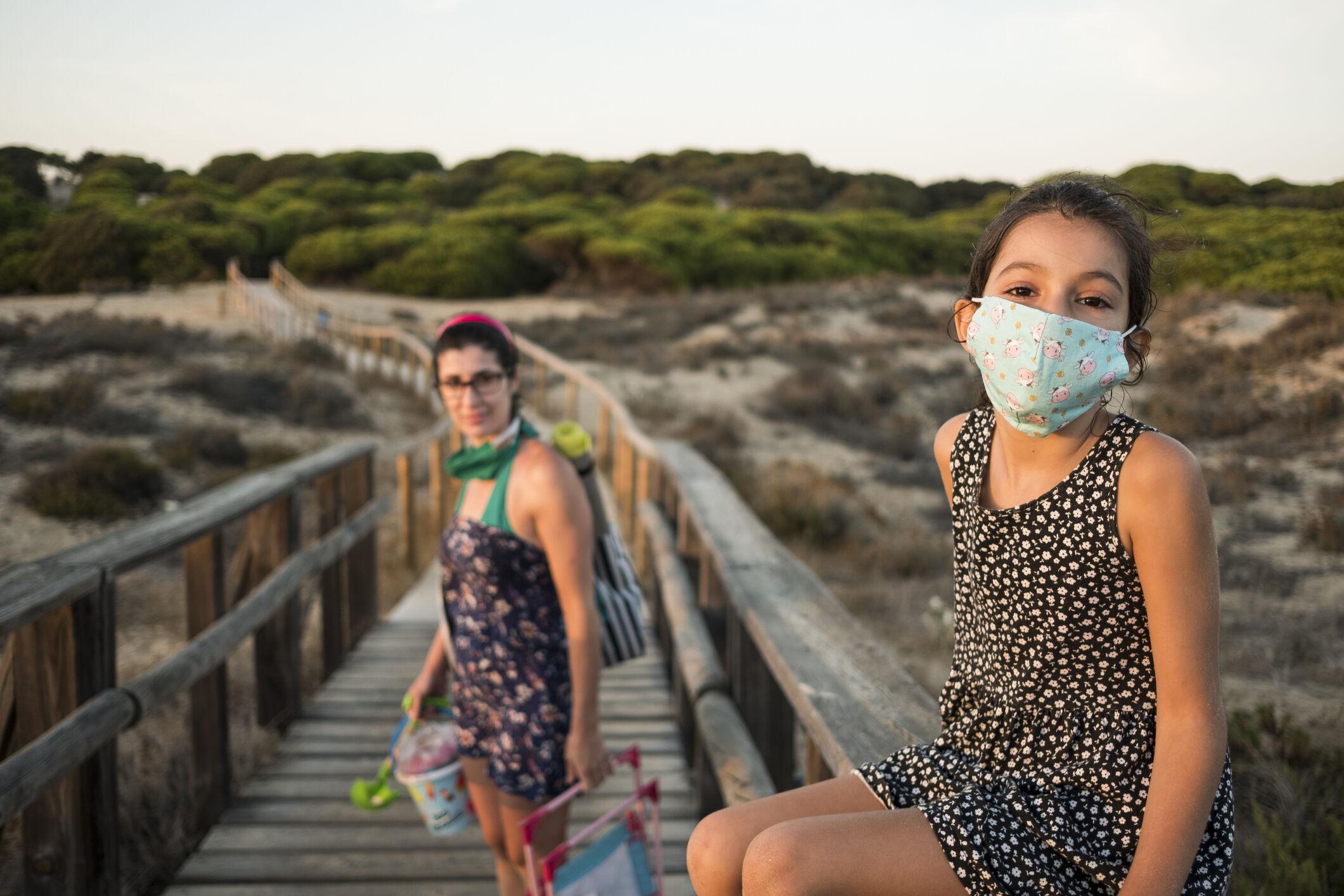 mae-filha-mascara-praia