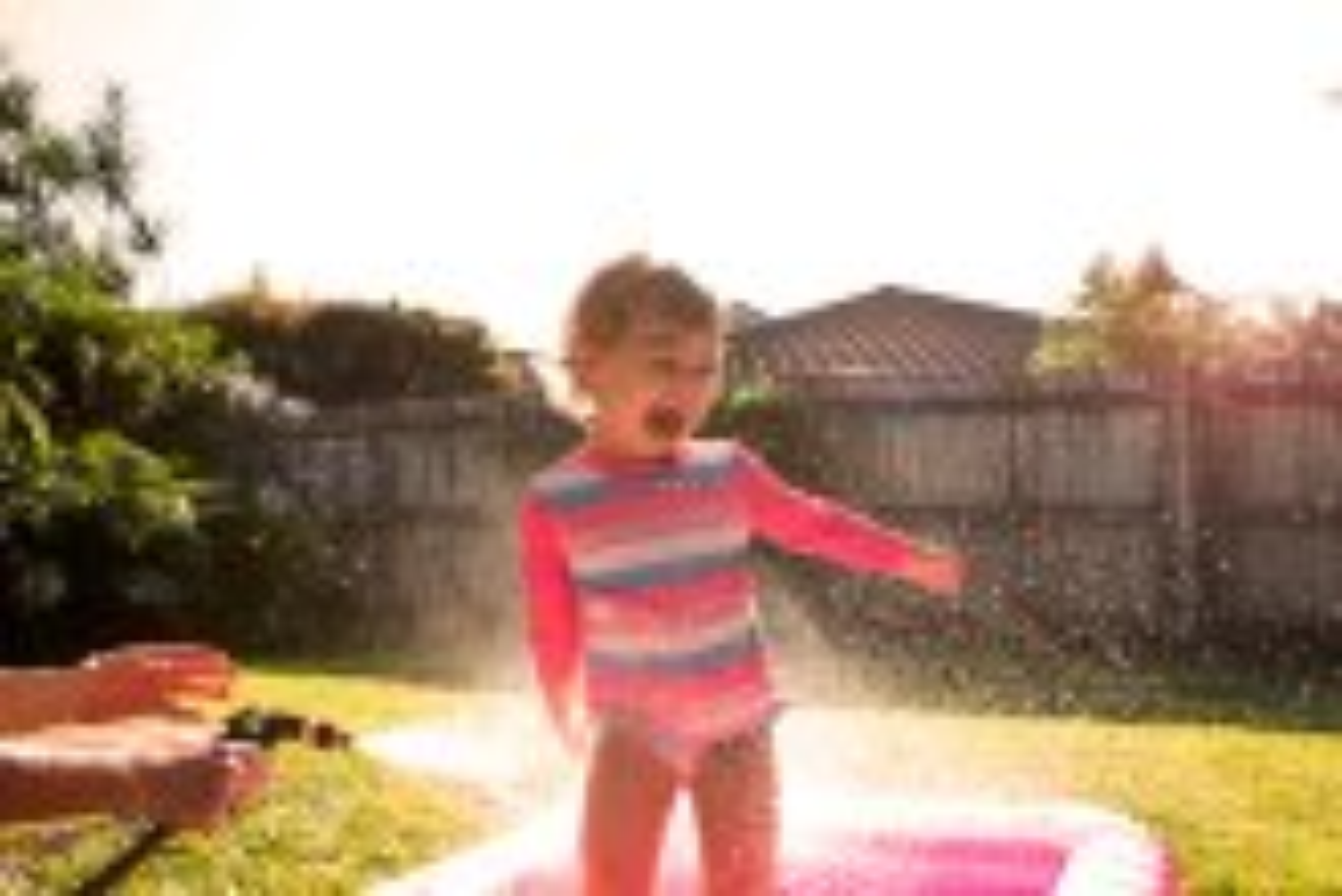 crianca-brincando-na-agua