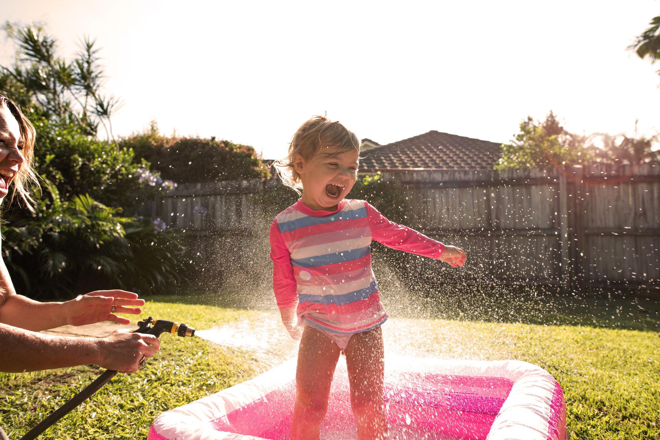 crianca-brincando-agua