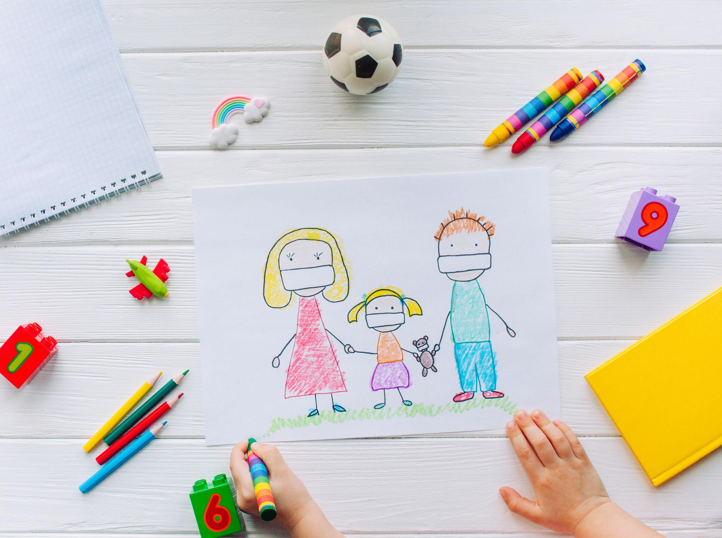 Criança-desenhando-pais-com-mascaras
