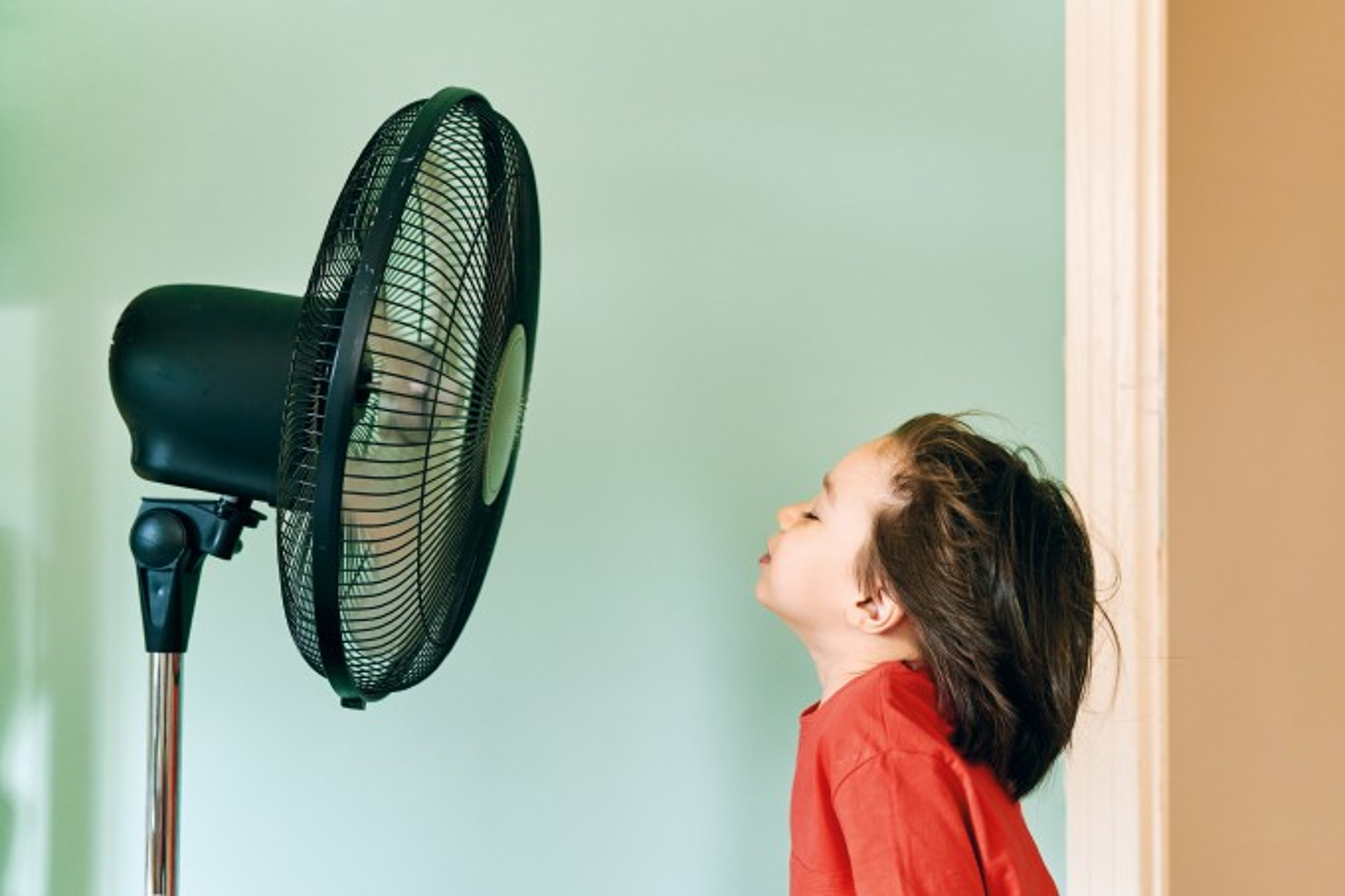 Criança-na-frente-do-ventilador