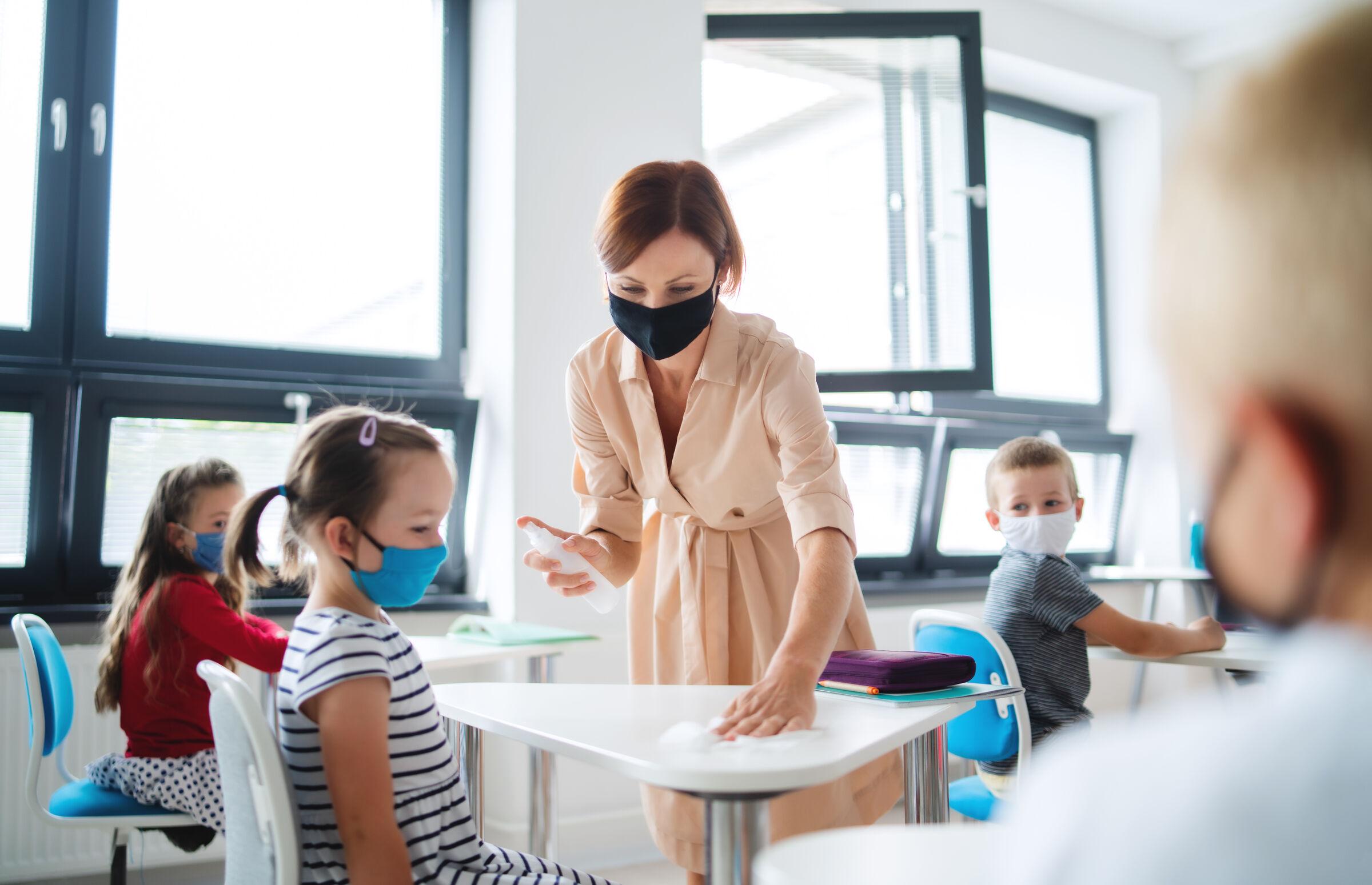 Professora-limpando-a-mesa-da-aluna