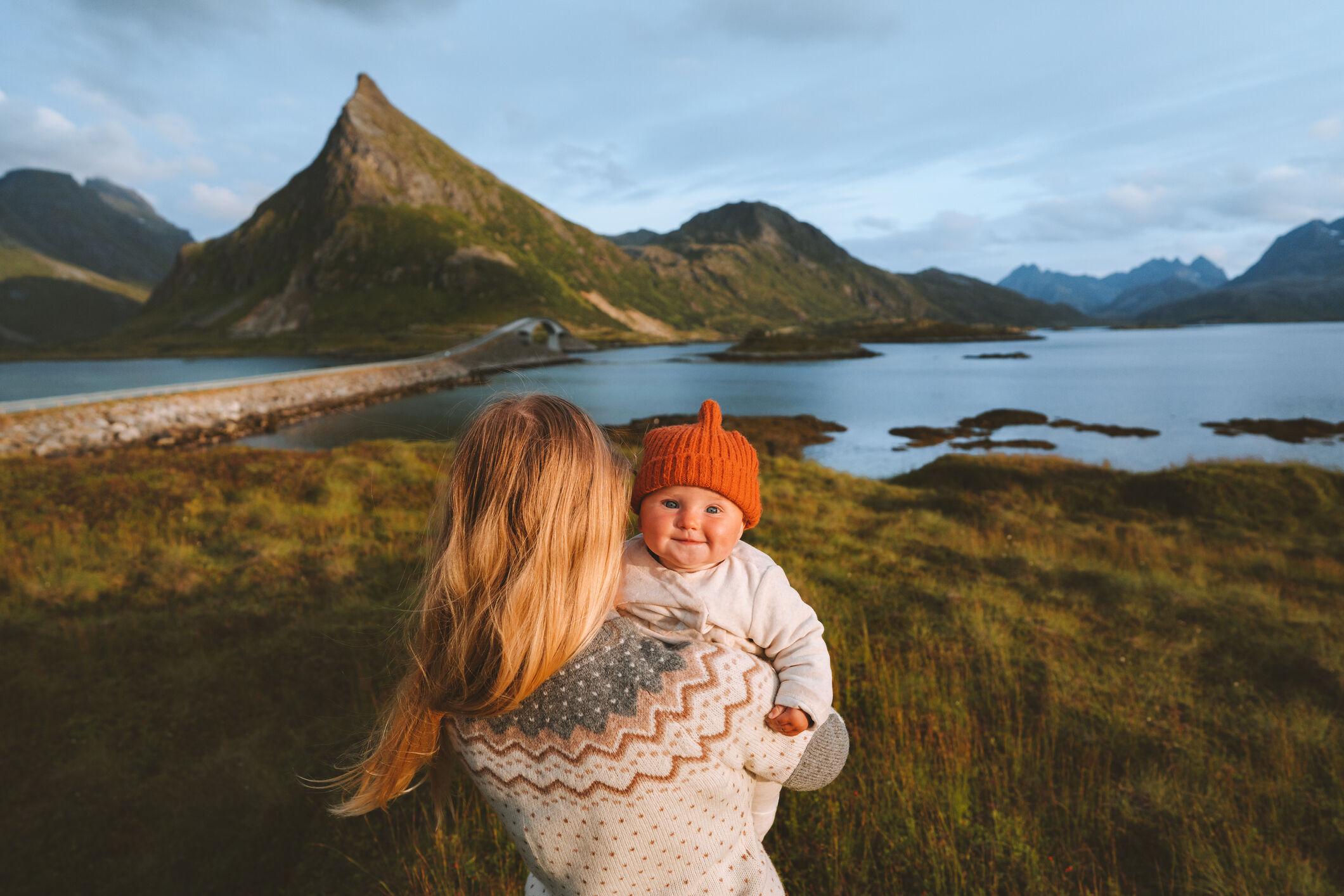 Mãe segurando bebê na natureza