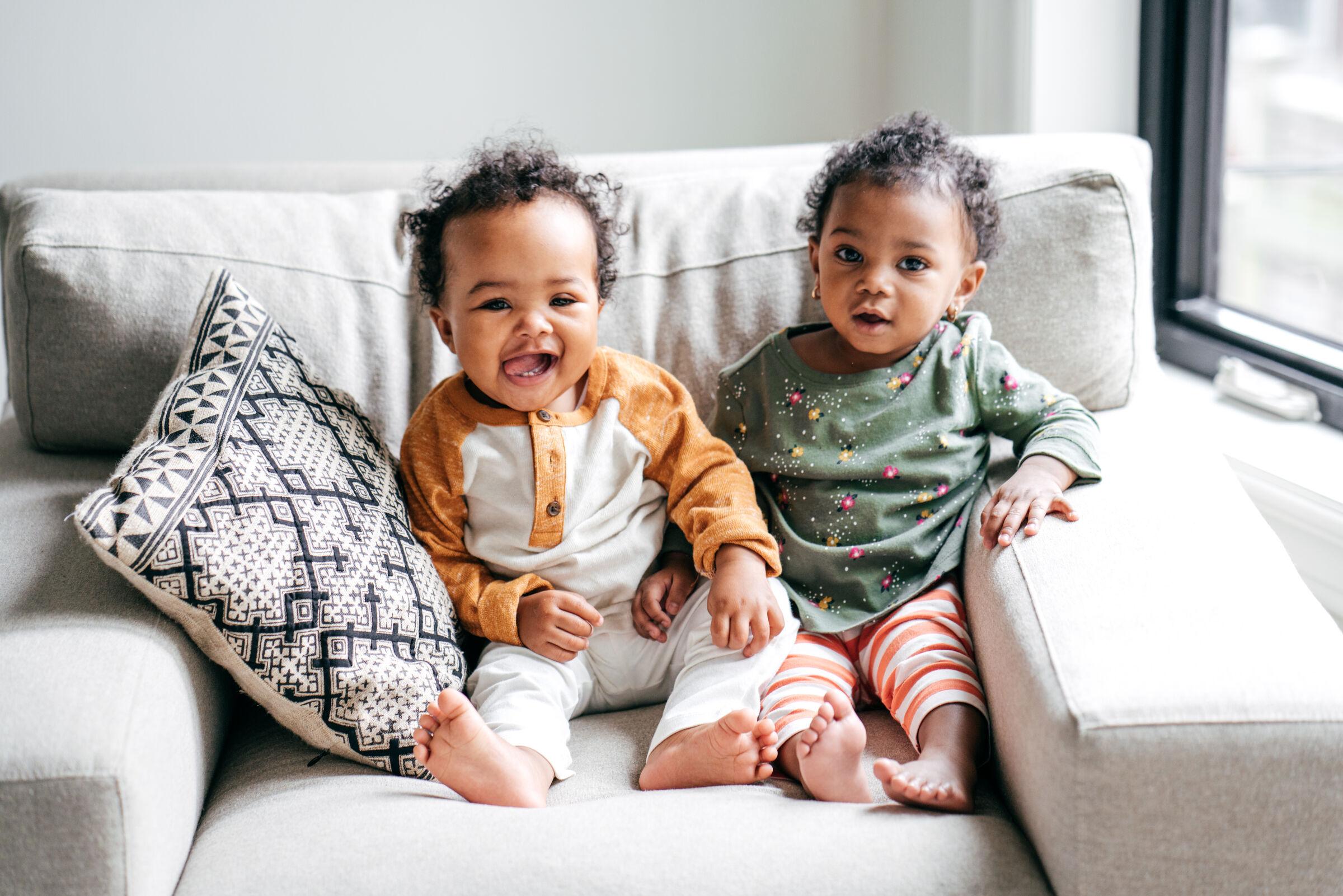 Bebês-sentados-no-sofá
