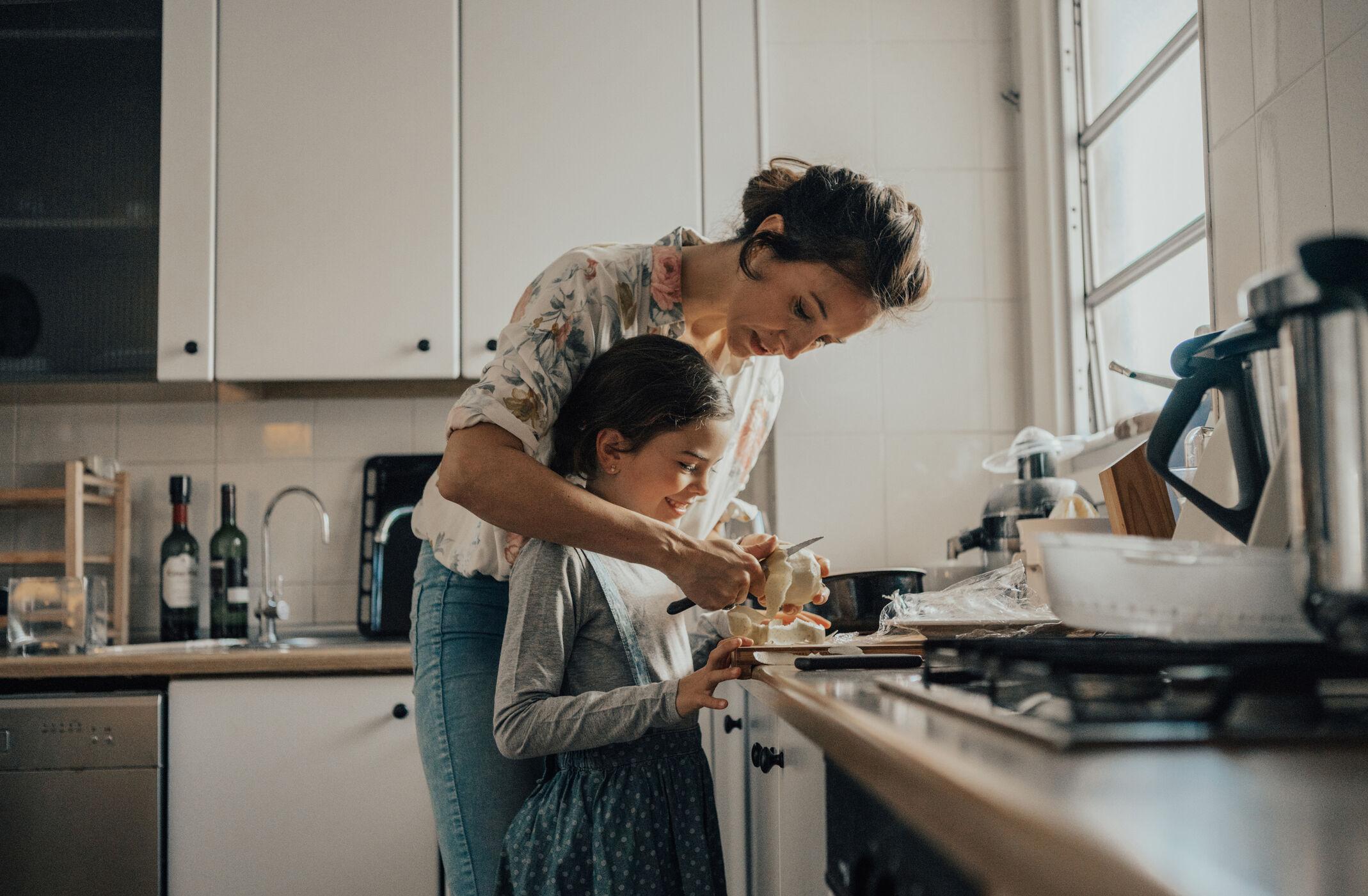 mae-filha-cozinhando