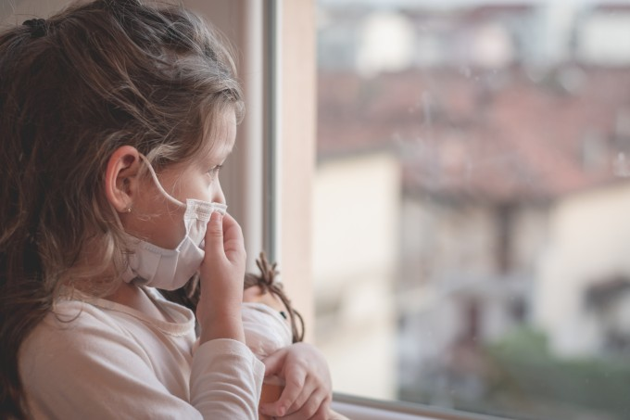 menina-mascara-olhando-para-janela