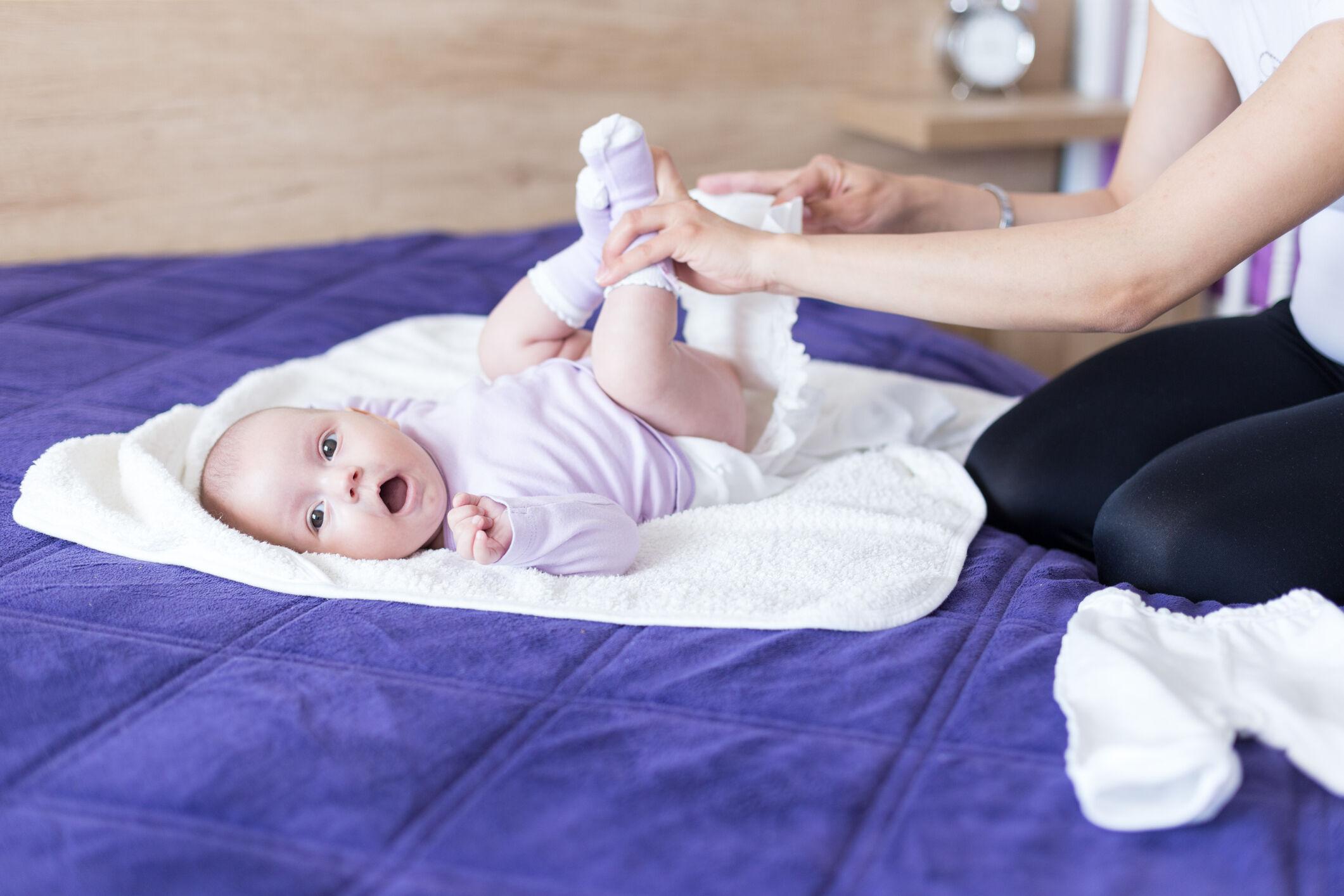 mae-trocando-fralda-bebe