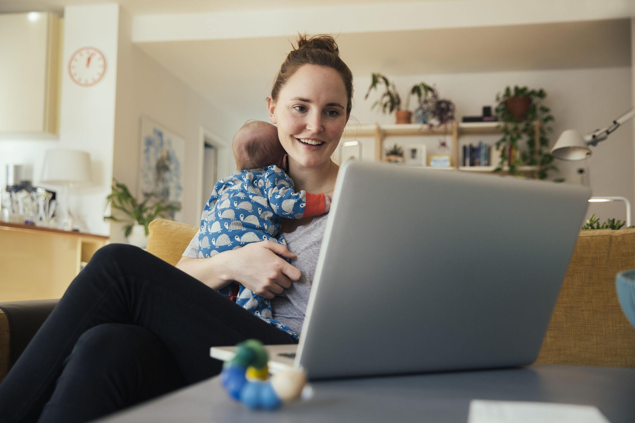 Mãe-com-recém-nascido-na-frente-do-computador