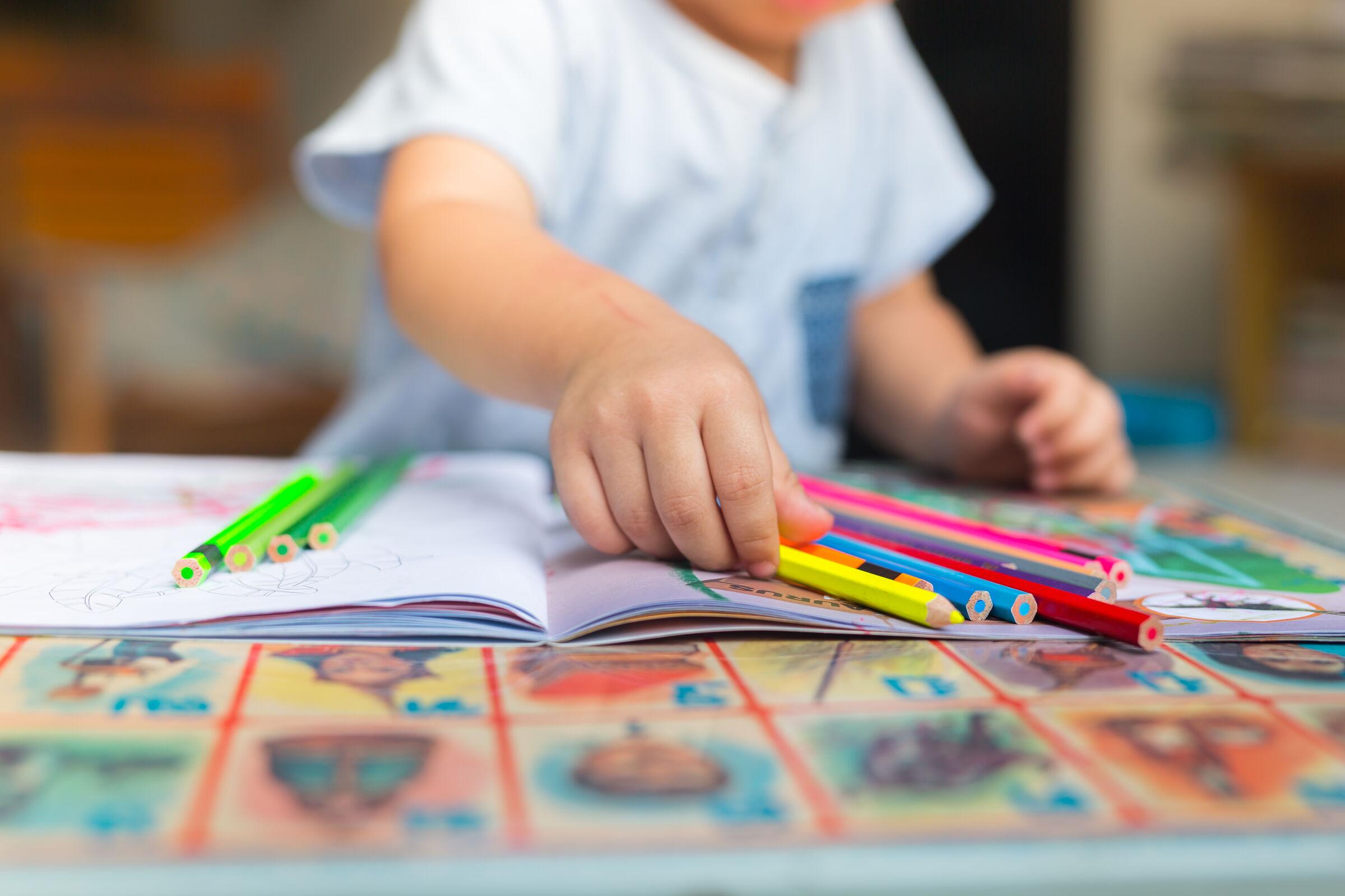 Criança-segurando-lápis-de-cor