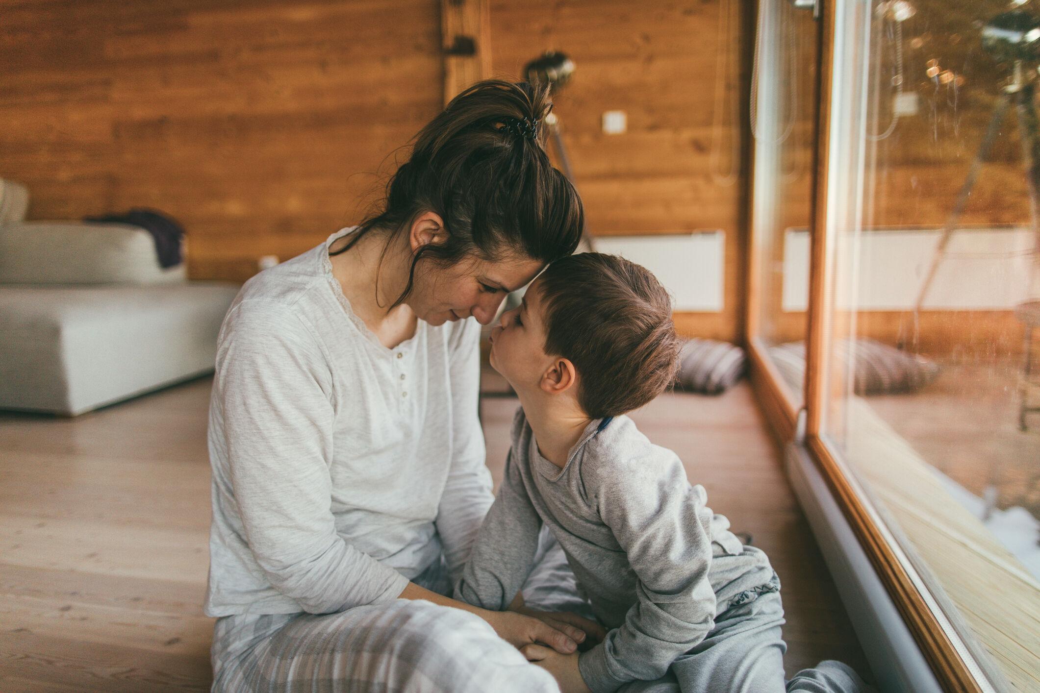 Foto de mãe e filho em momento de carinho