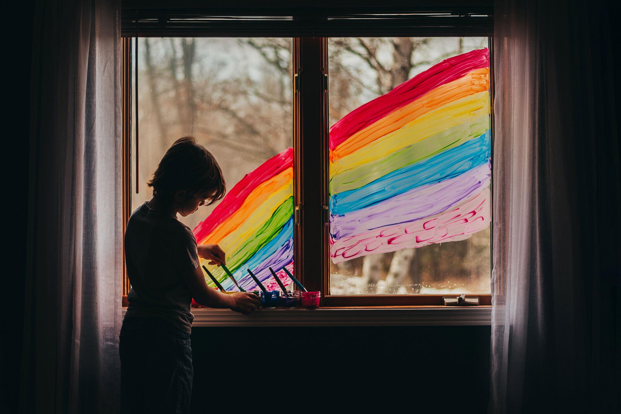 crianca-janela-arco-iris