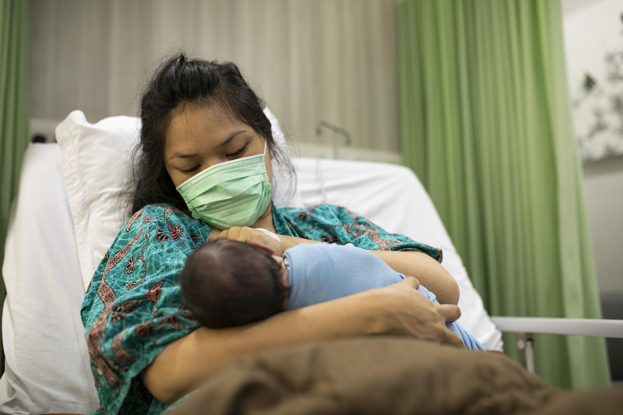 Mãe-segurando-recém-nascido-no-colo-no-hospital-durante-a-pandemia-do-covid19