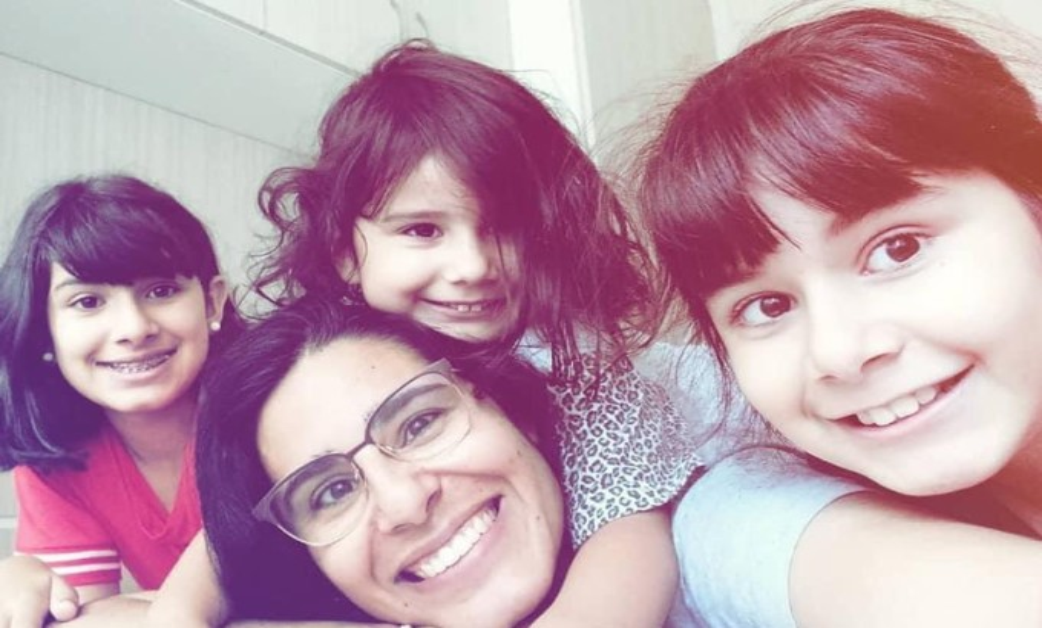 Mãe-Carolina-Valomim-com-as-três-filhas