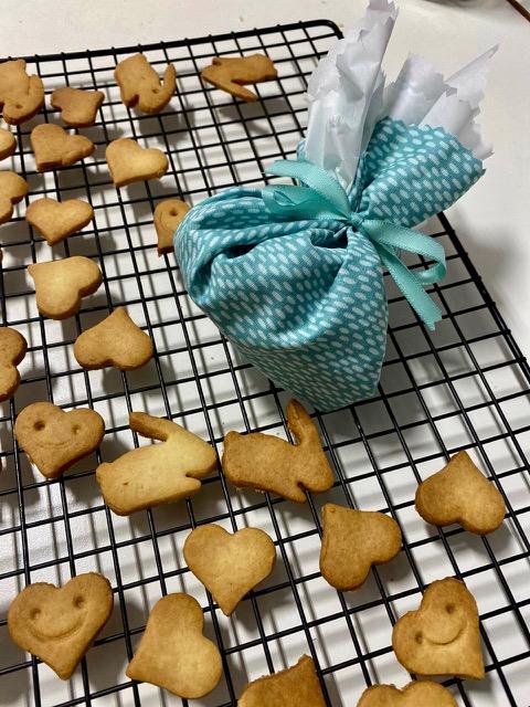 Biscoitos em formato de coelhos e corações