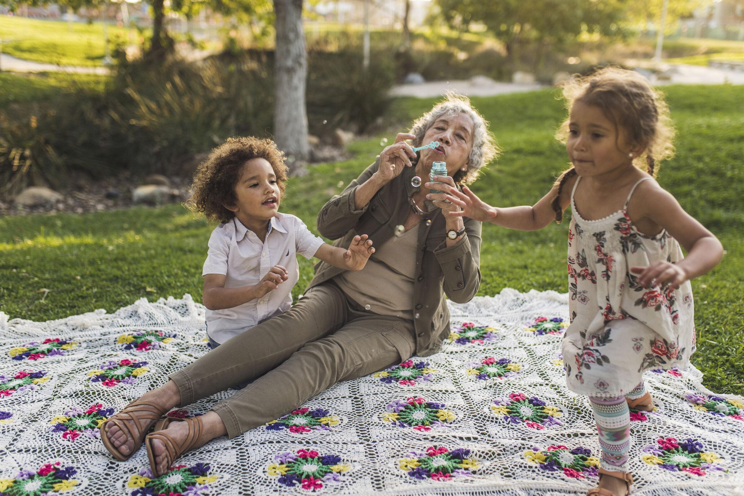 Avó-brincando-com-as-netas