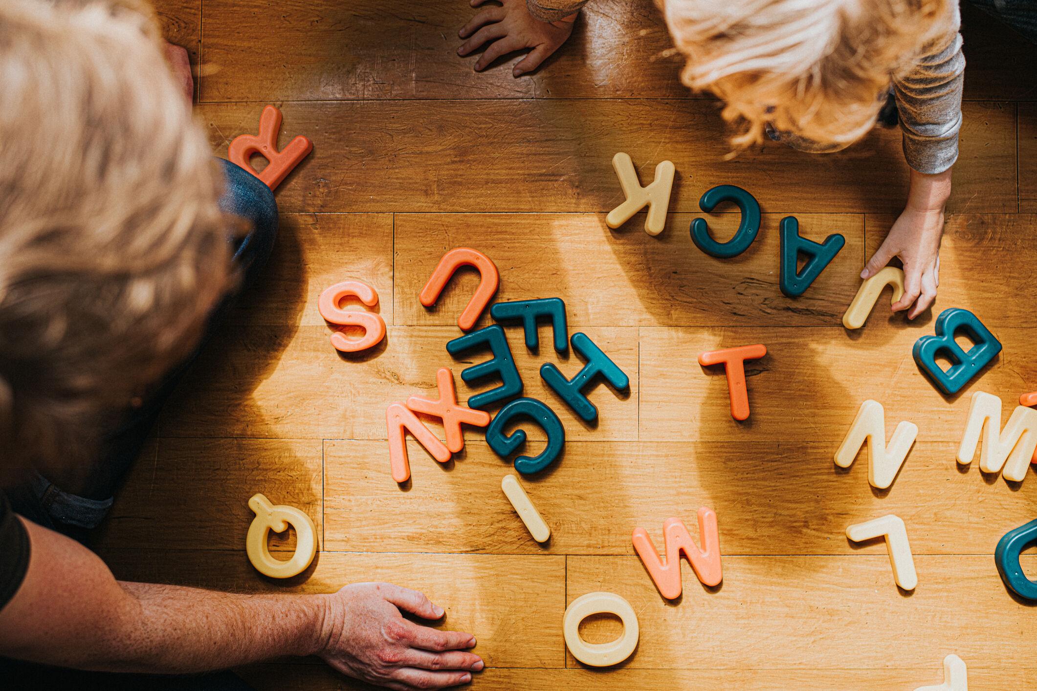 criança-brincando-com-letrinhas