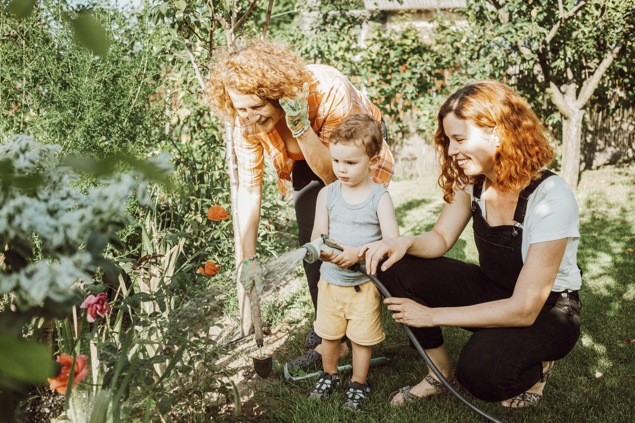 Mãe, filho e avó em jardim
