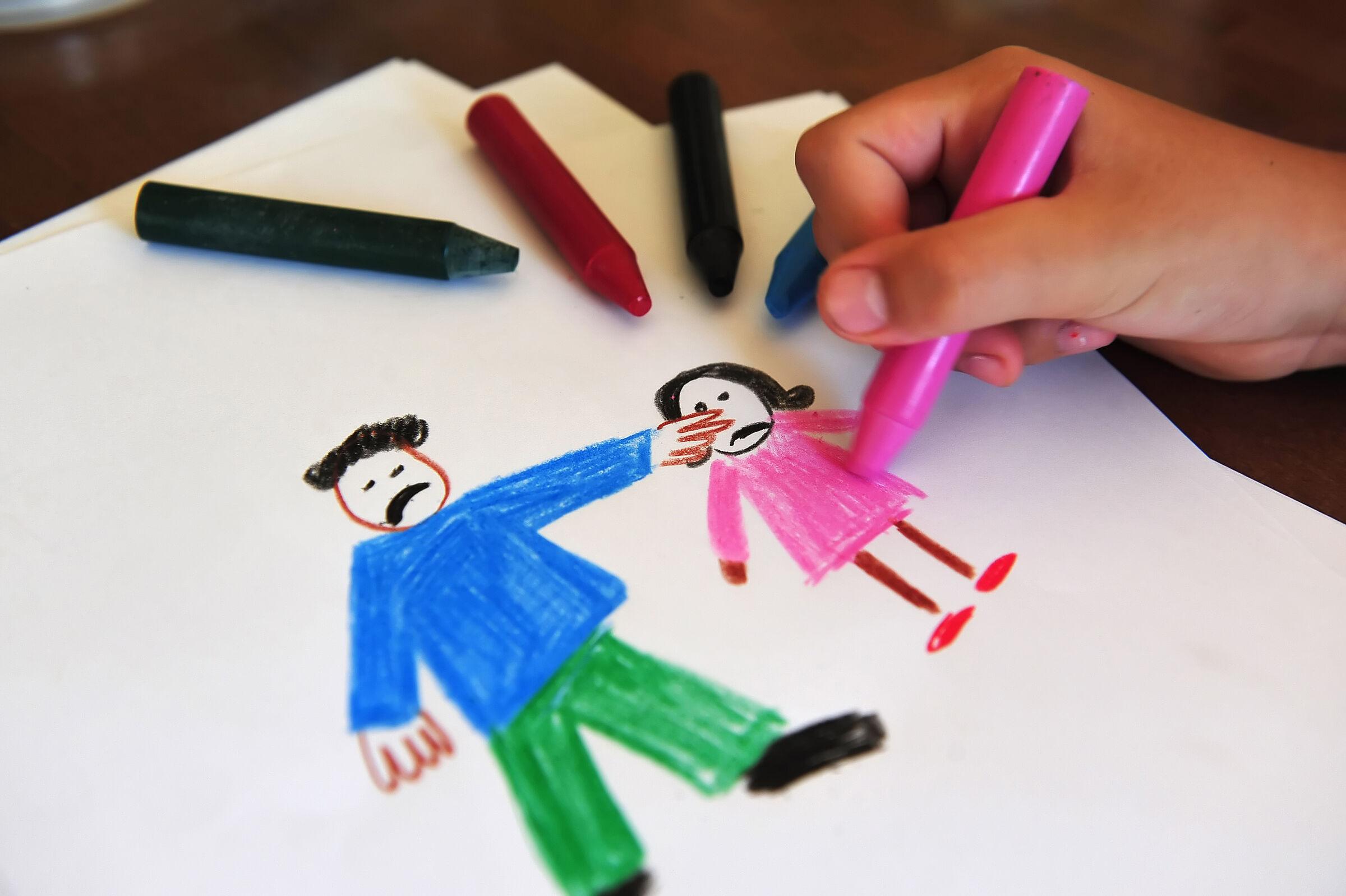 Criança-desenhando-um-pai-brigando-com-a-filha