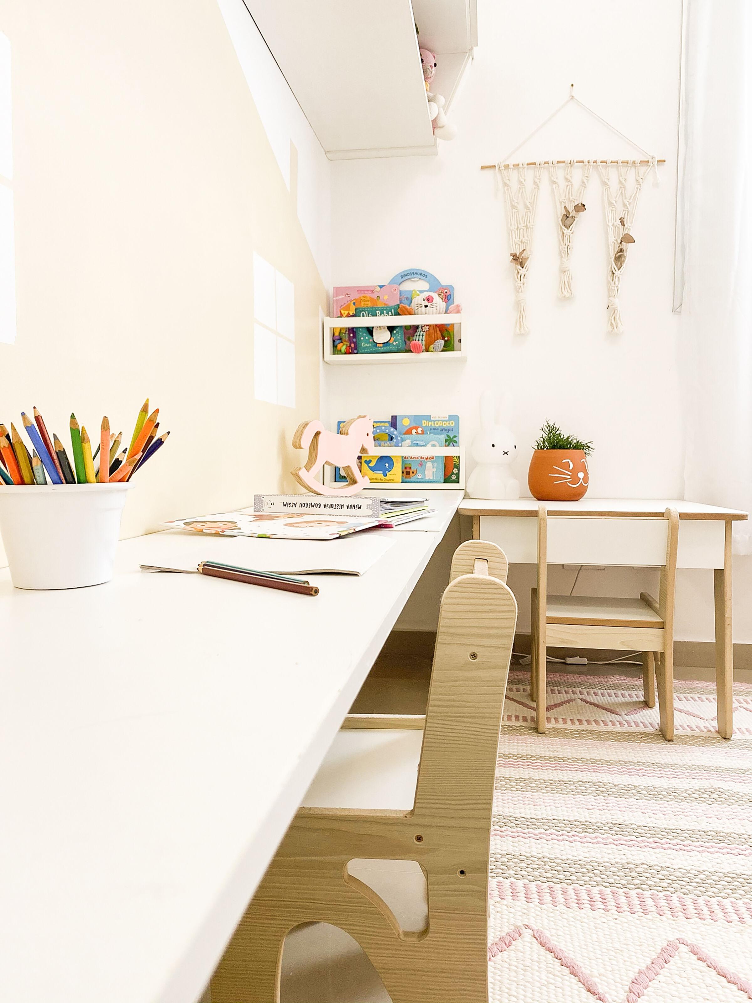 Bancada-de-madeira-com-mesa-retangular-ao-lado