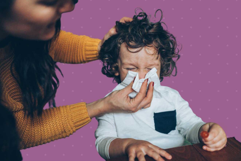 Mãe-limpando-nariz-do-filho-com-papel-higienico