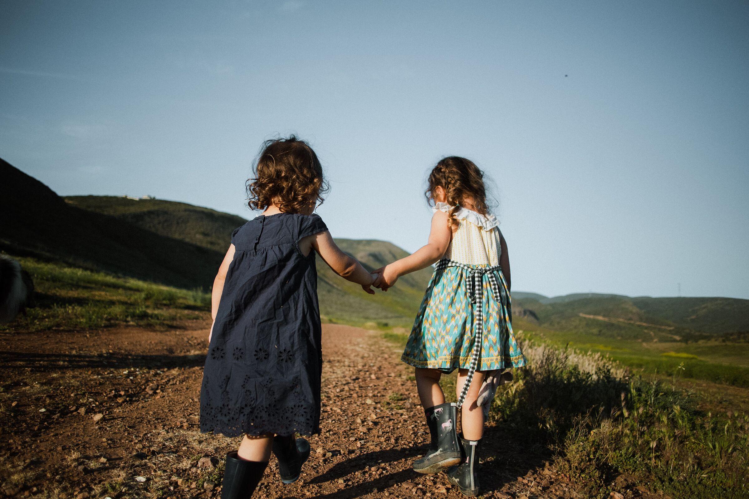Duas crianças de mãos dadas na natureza