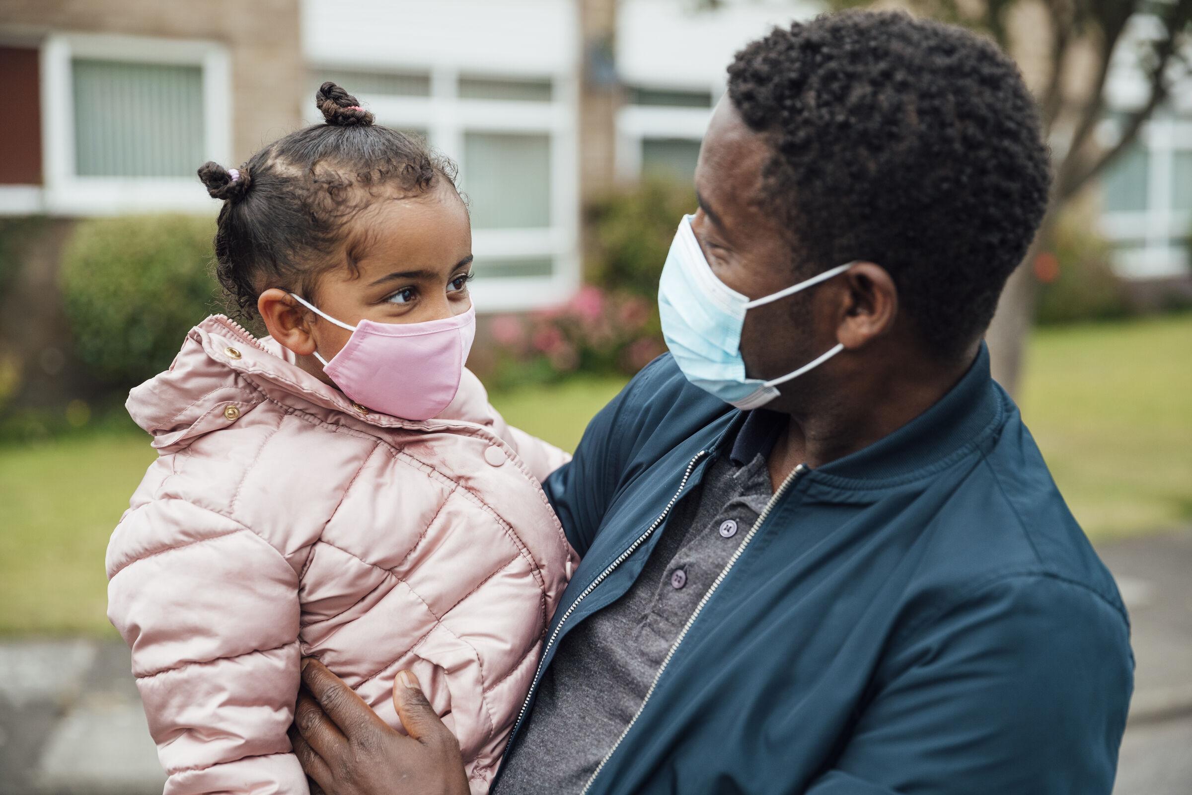 Estudo: adultos vacinados contra covid-19 protegem indiretamente crianças