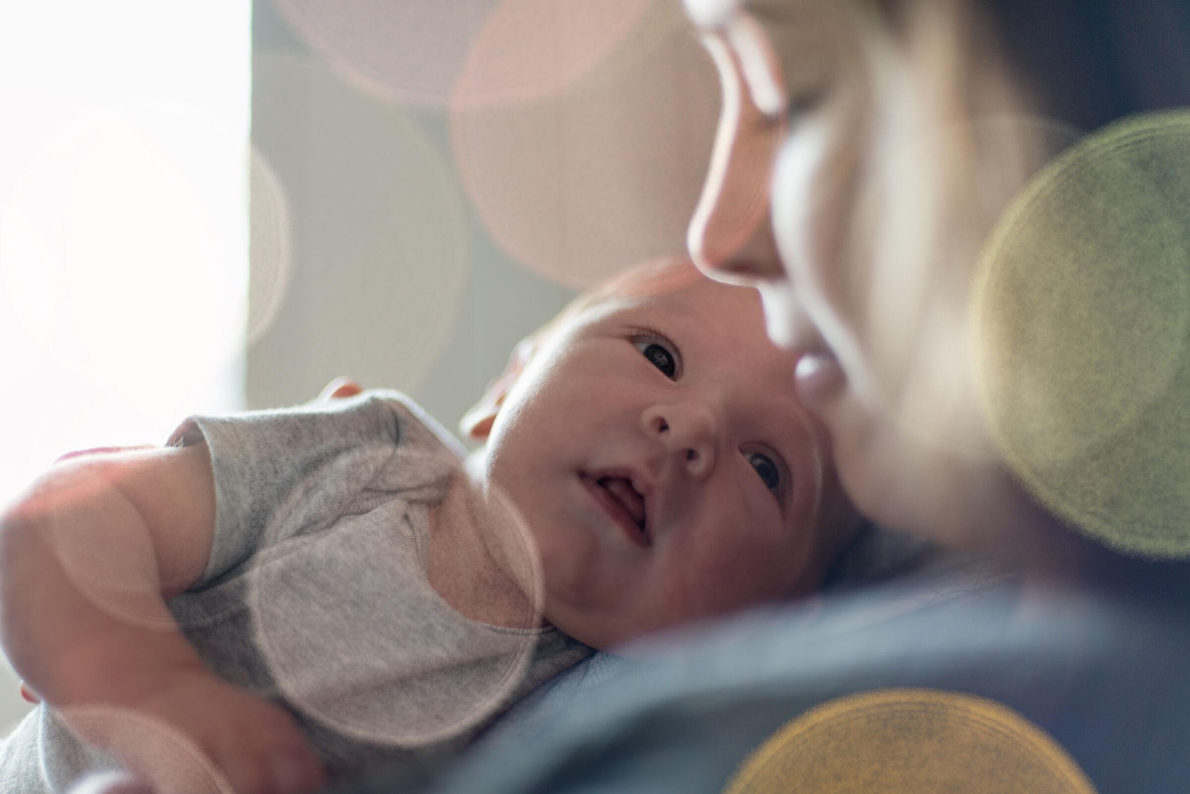 Bebê-olhando-para-mãe