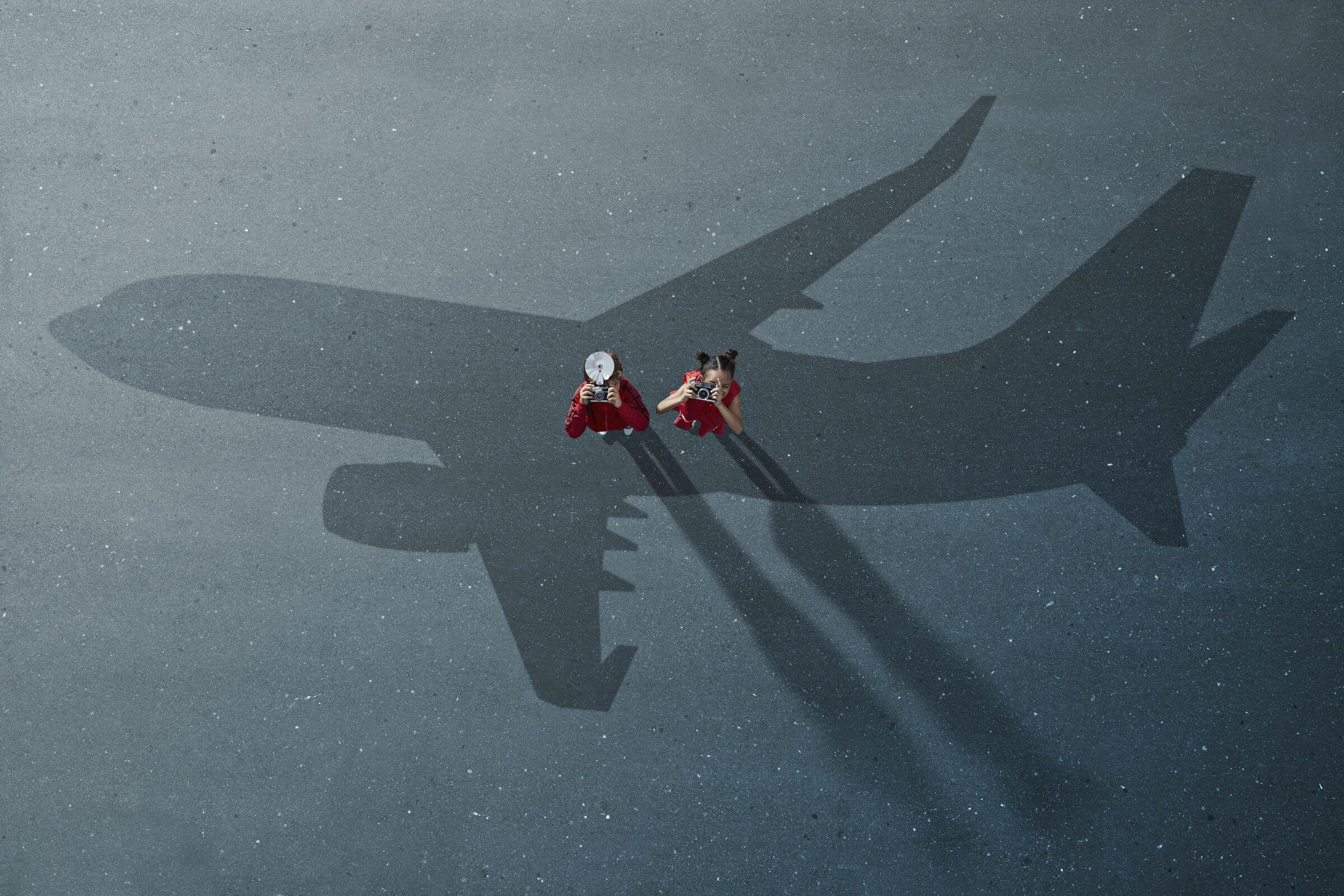 Crianças-fotogrando-reflexo-do-aviao