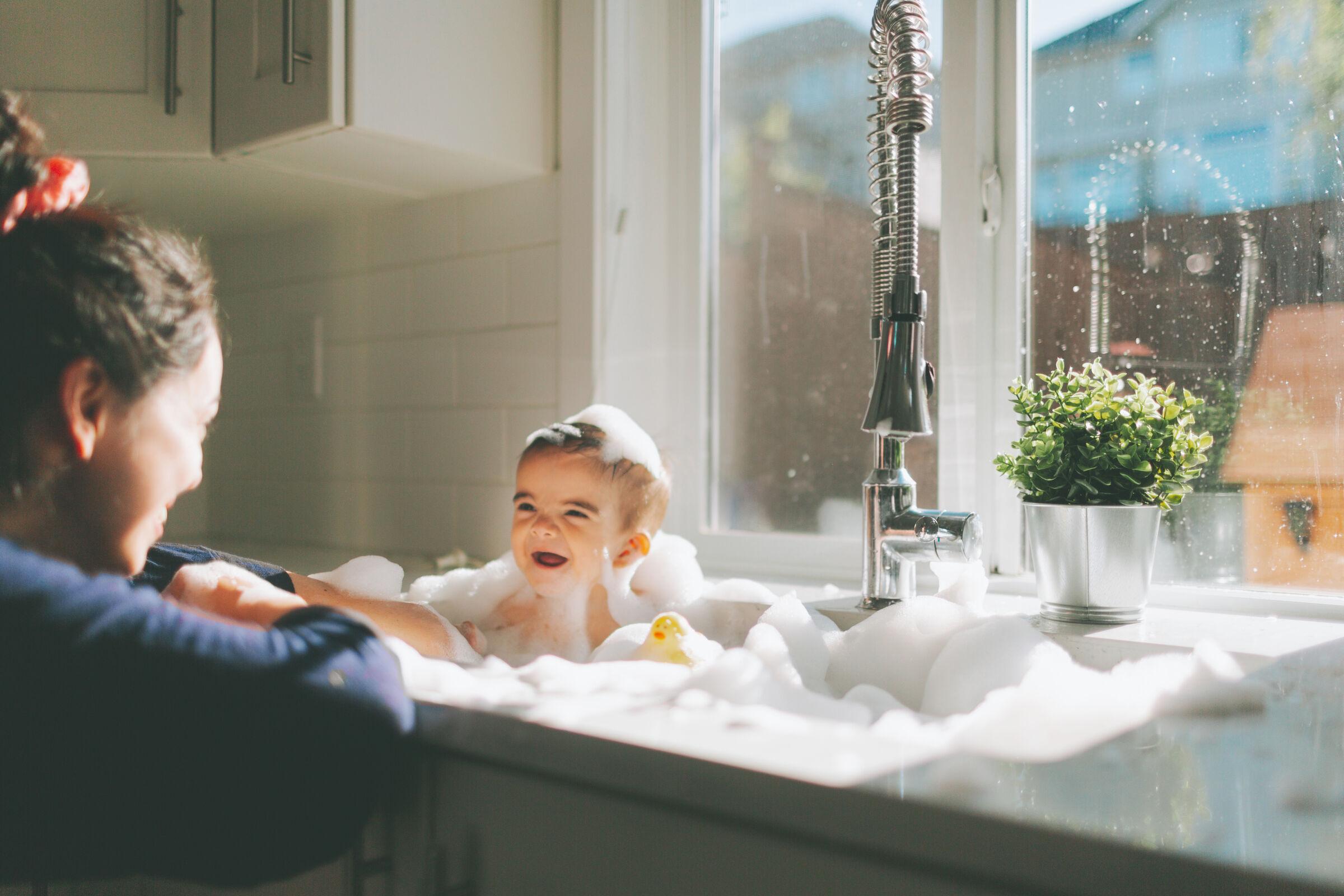 Bebê-sorrindo-ao-tomar-banho