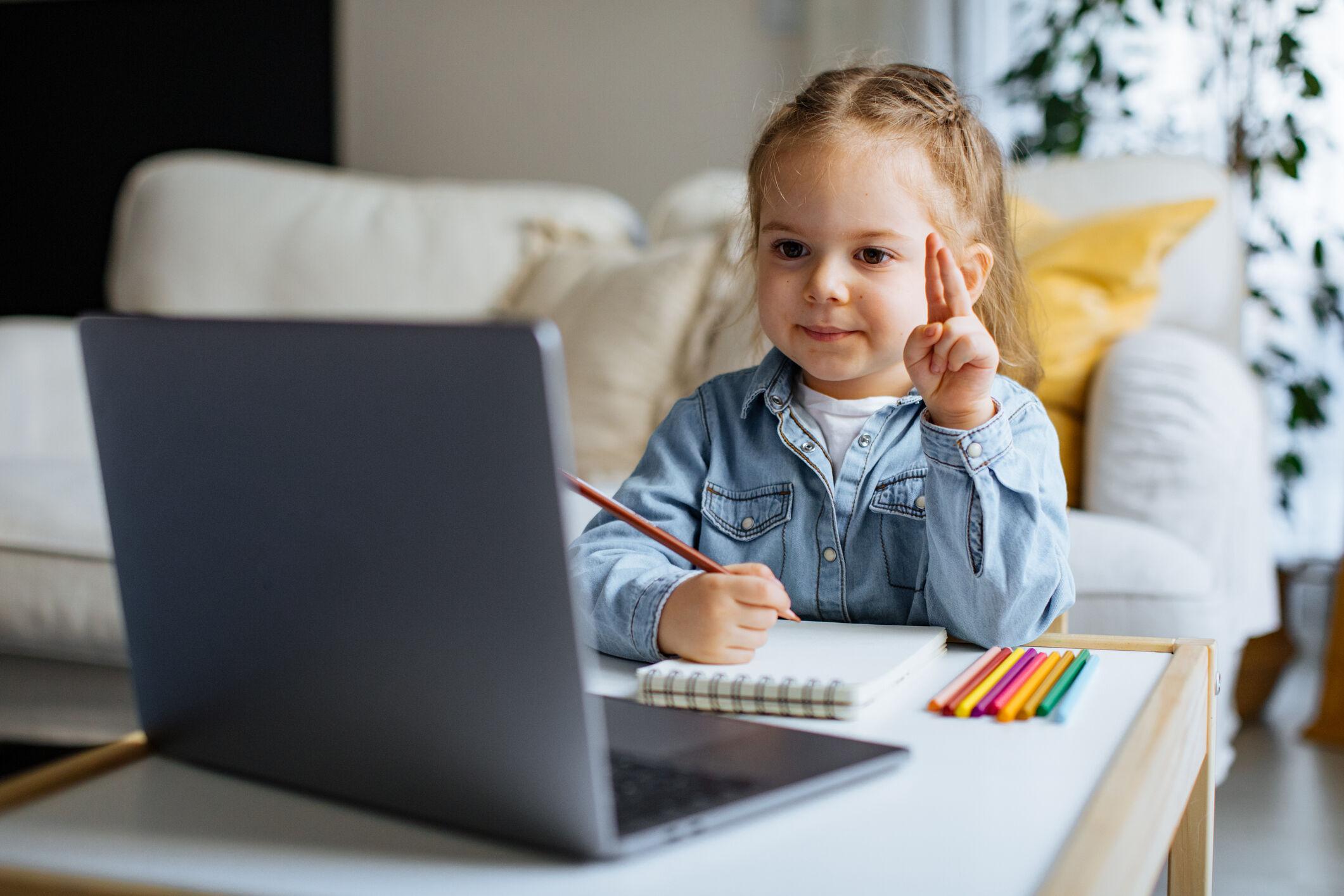 crianca-pequena-aula-a-distancia