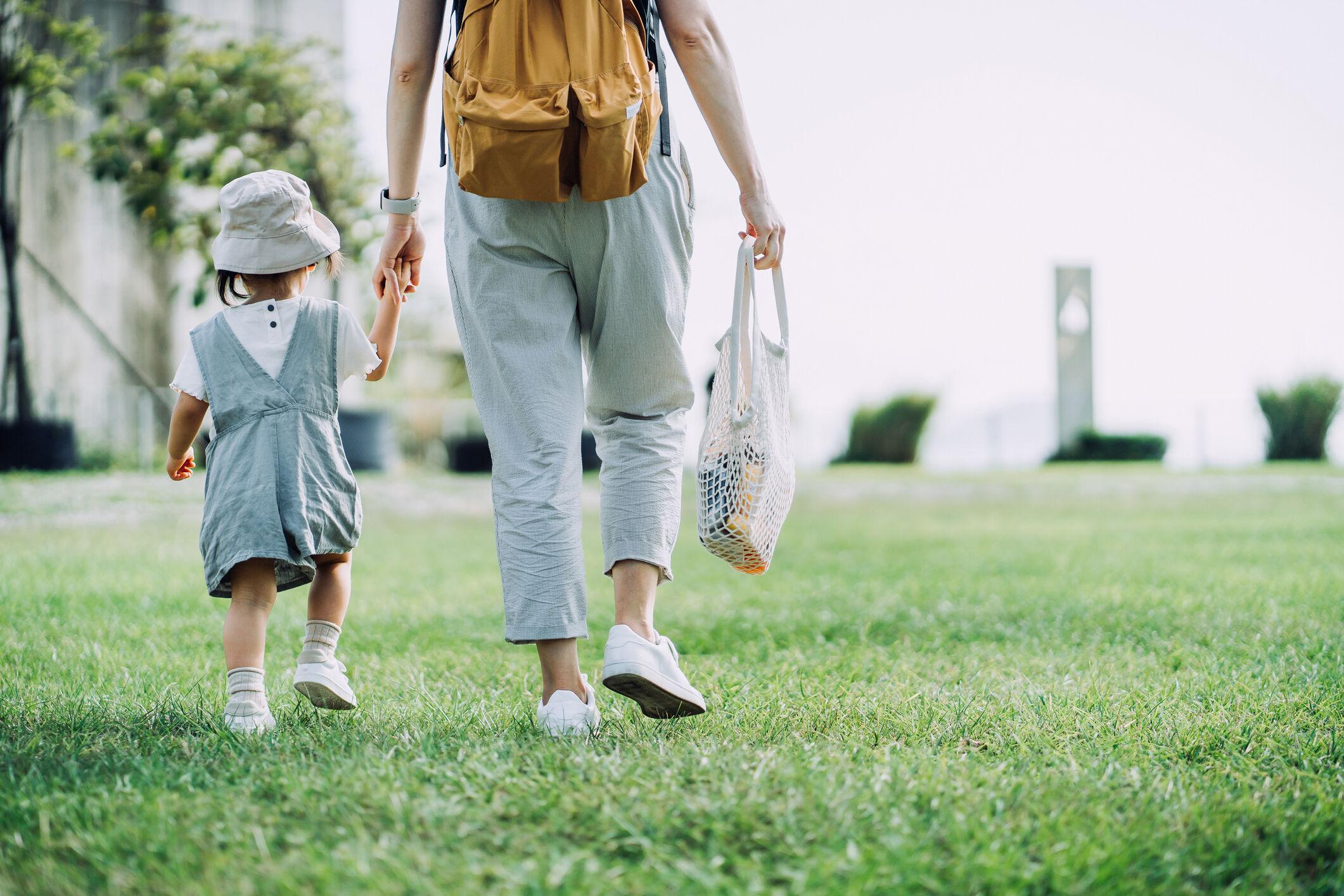 mae-e-filha-passeando-parque