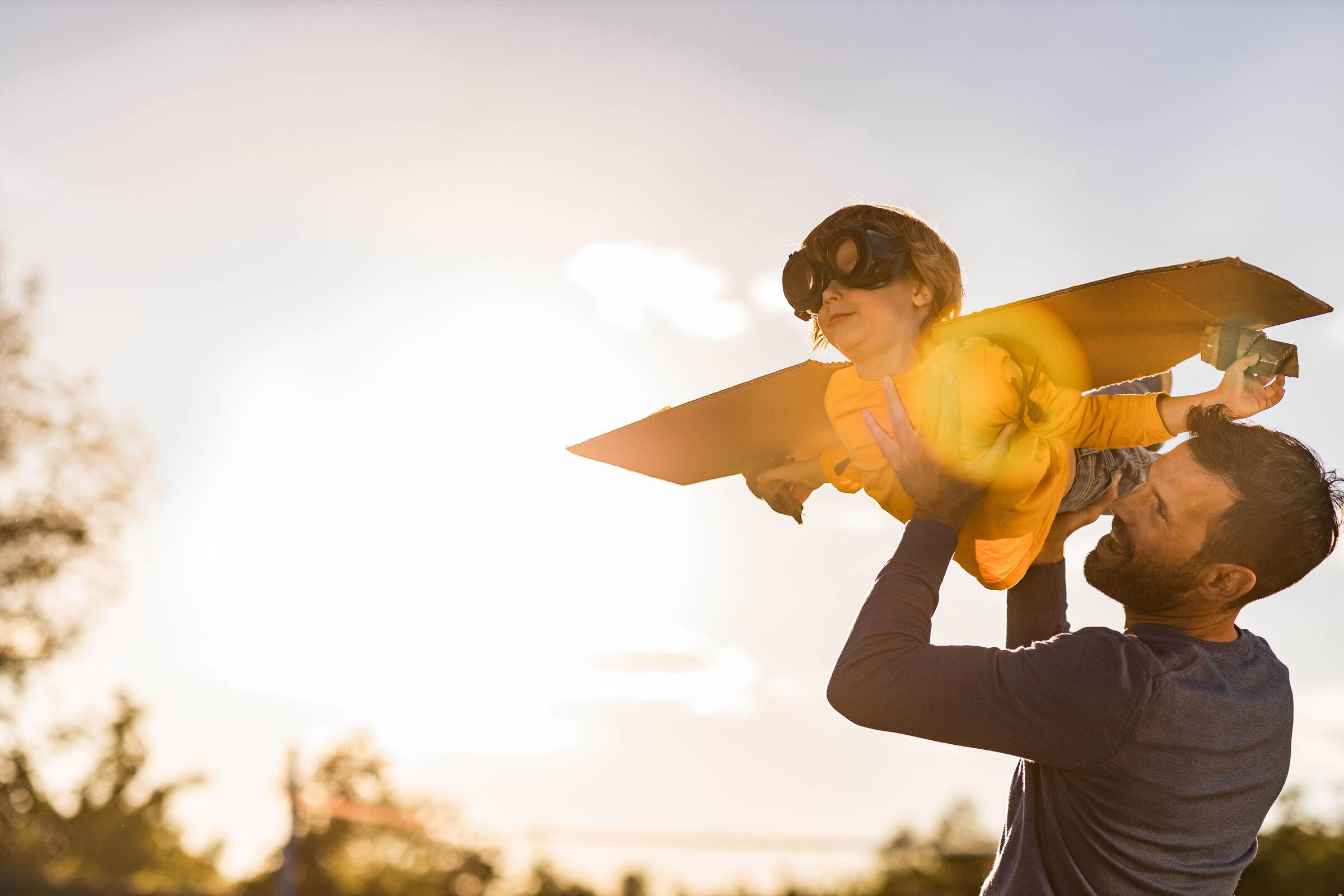Pai-fazendo-filho-voar-de-aviaozinho