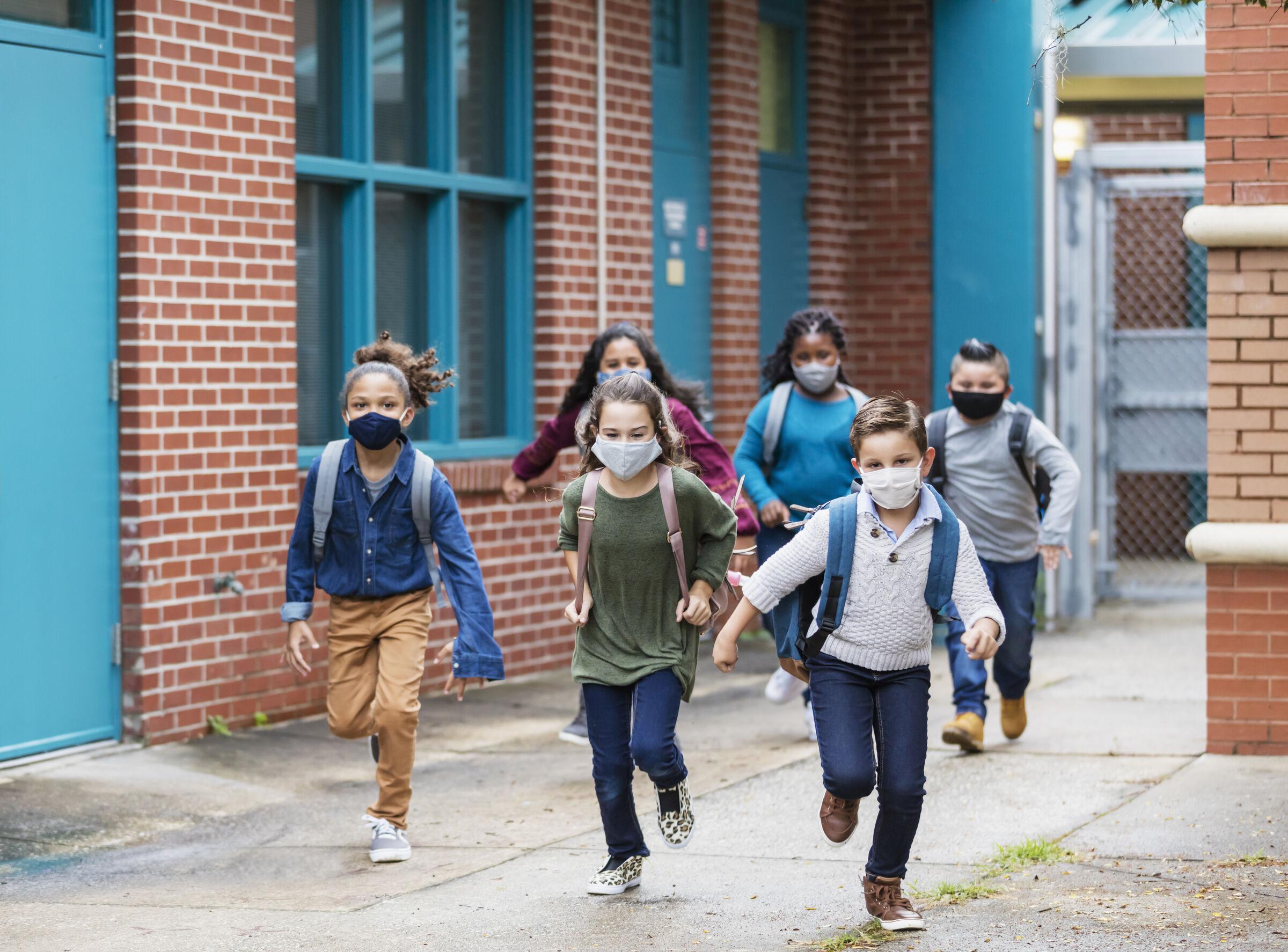 Crianças-correndo-para-escola