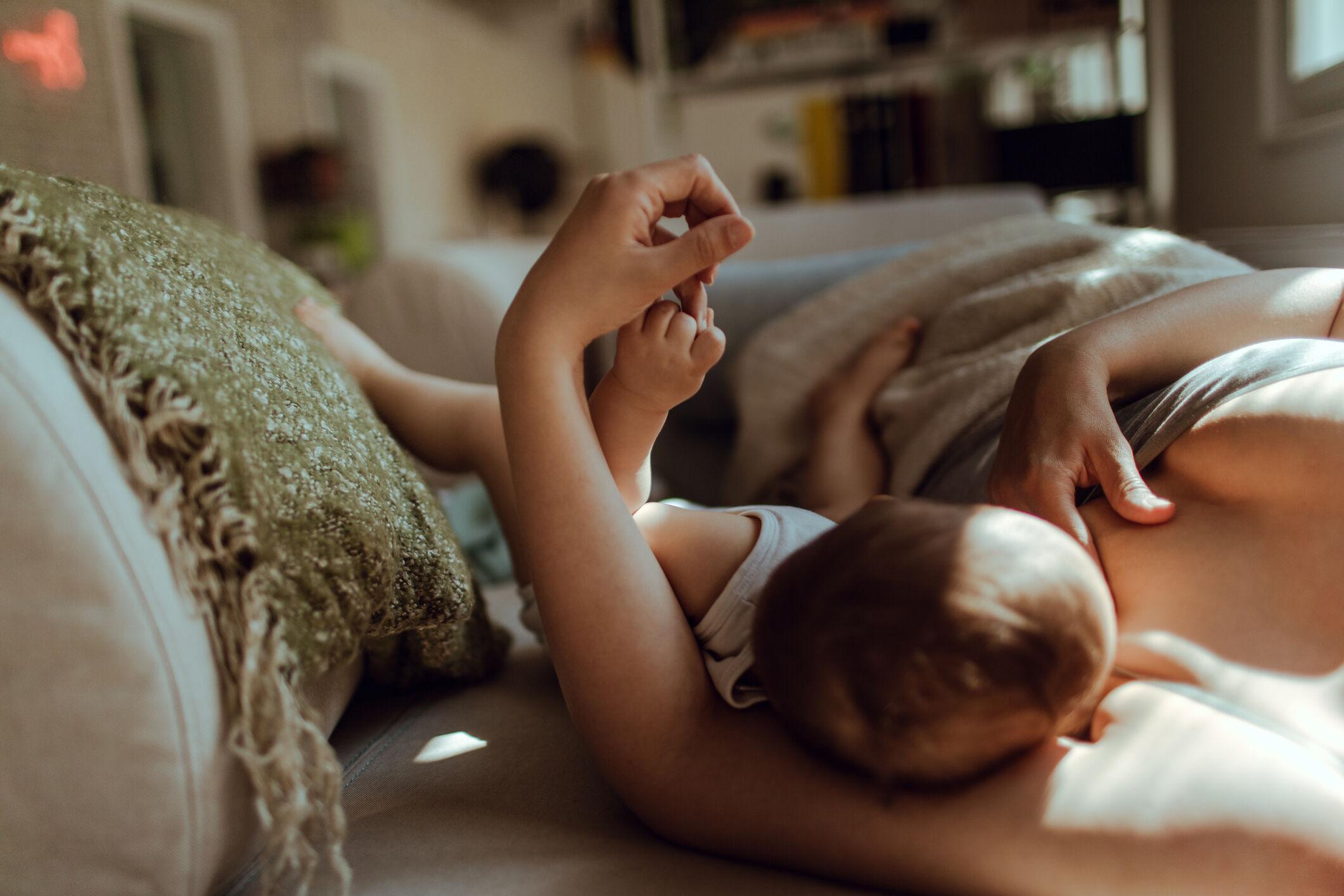 mae-amamentando-bebe-na-cama