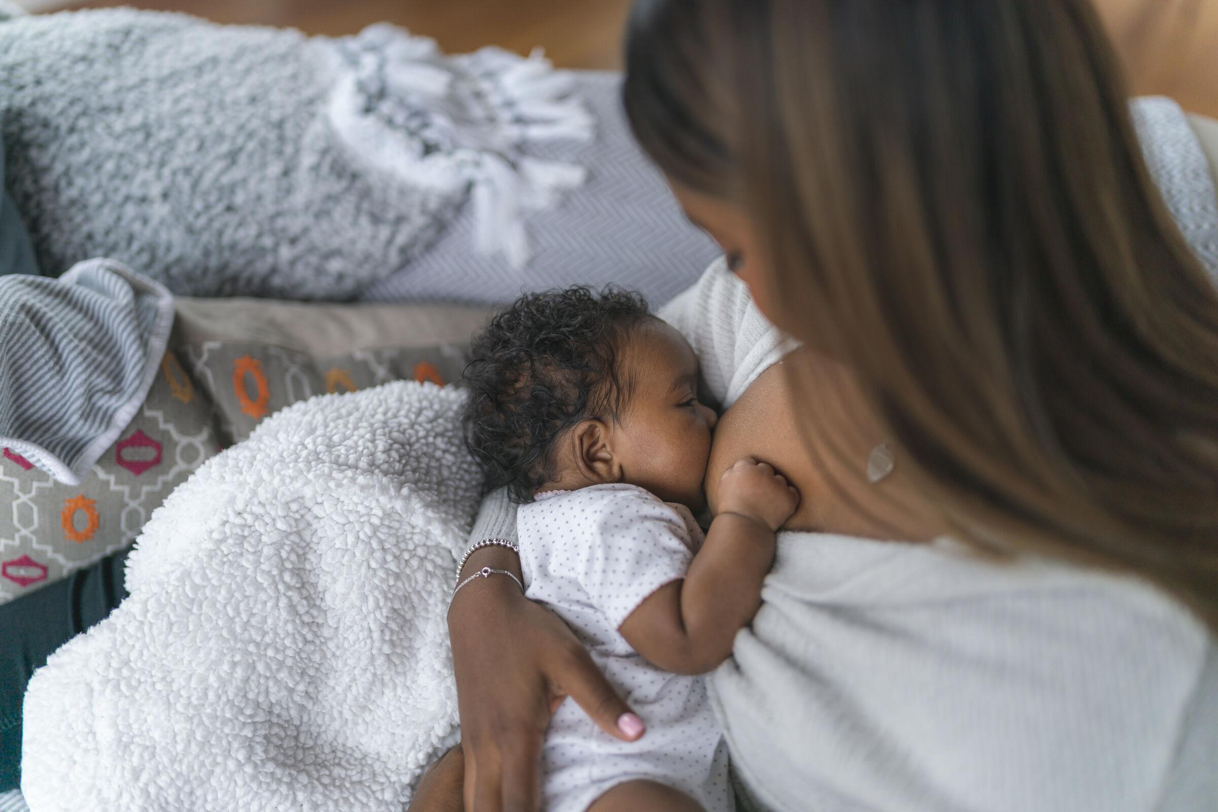 Mãe-amamentando-seu-bebê