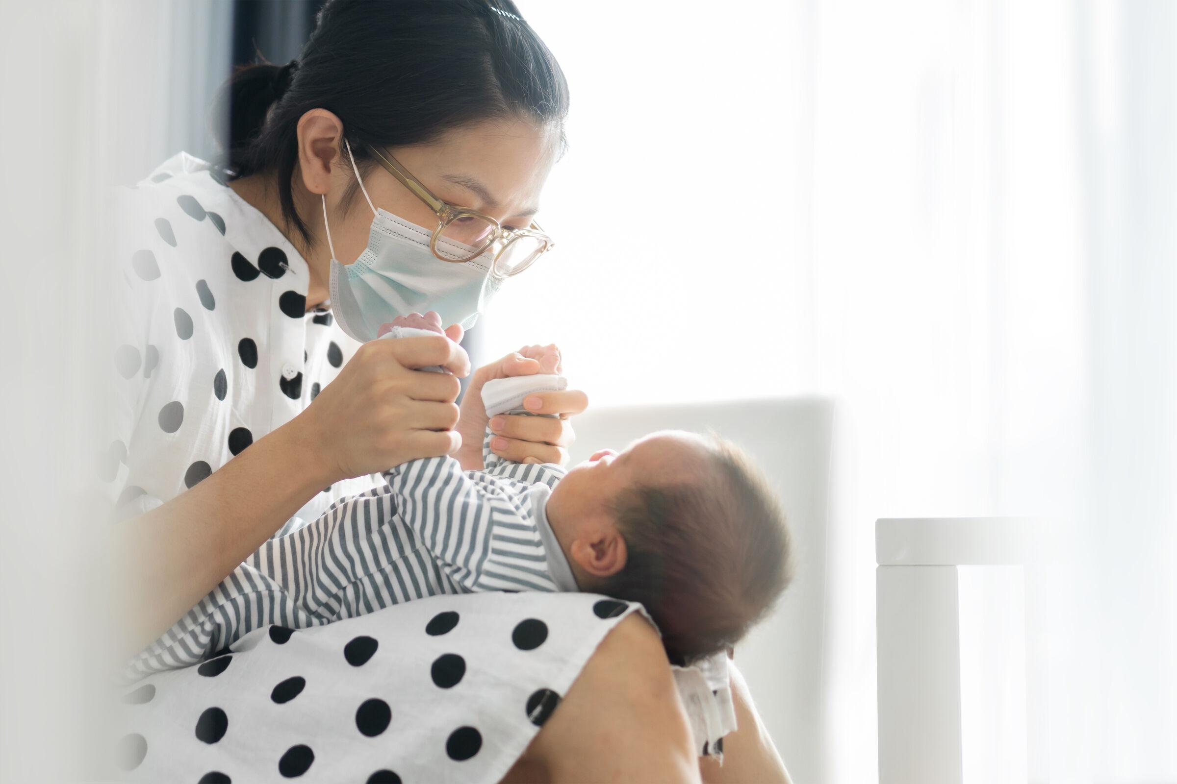 Mãe-segurando-bebê-no-colo