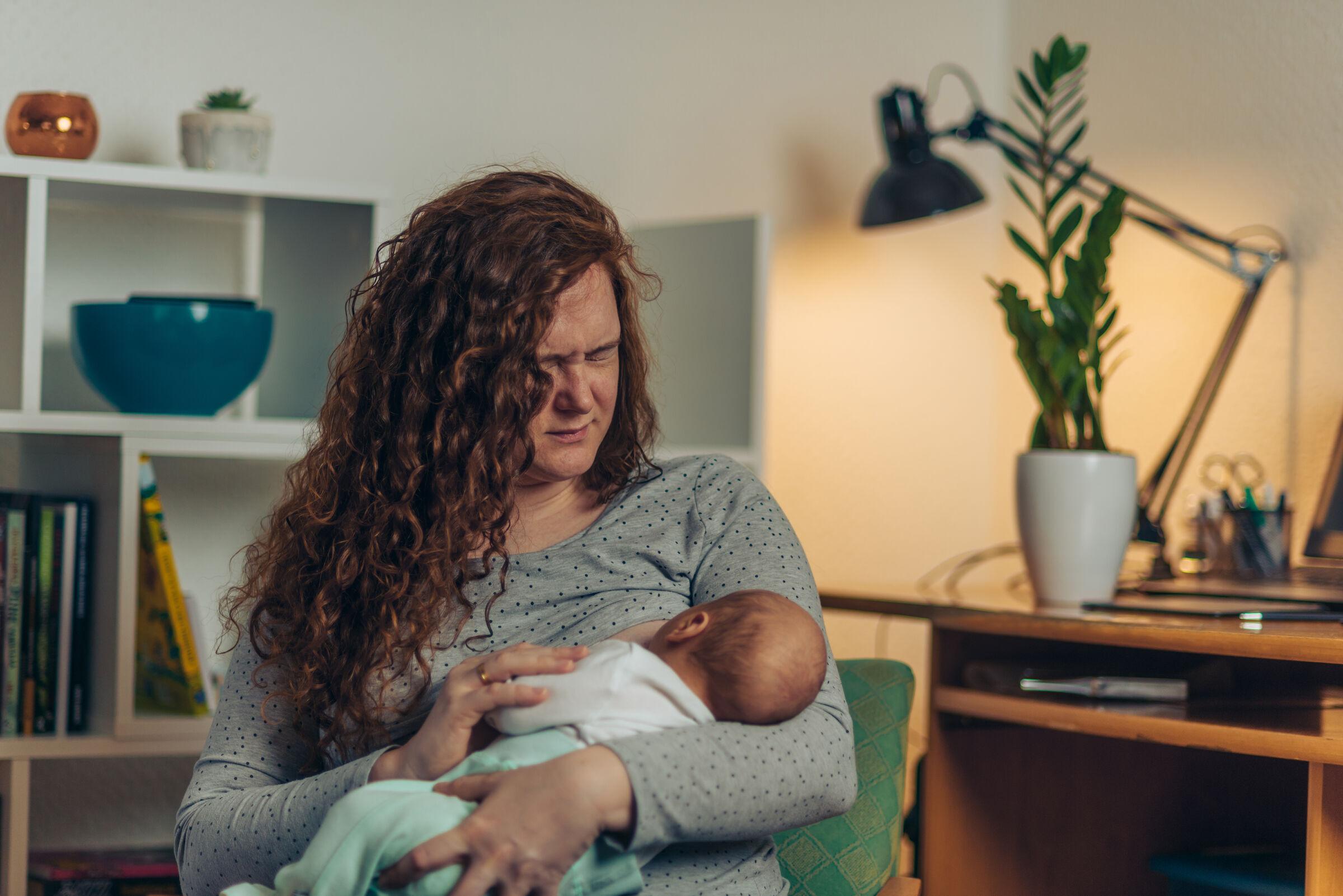 Mãe-com-dor-amamentando-seu-bebê