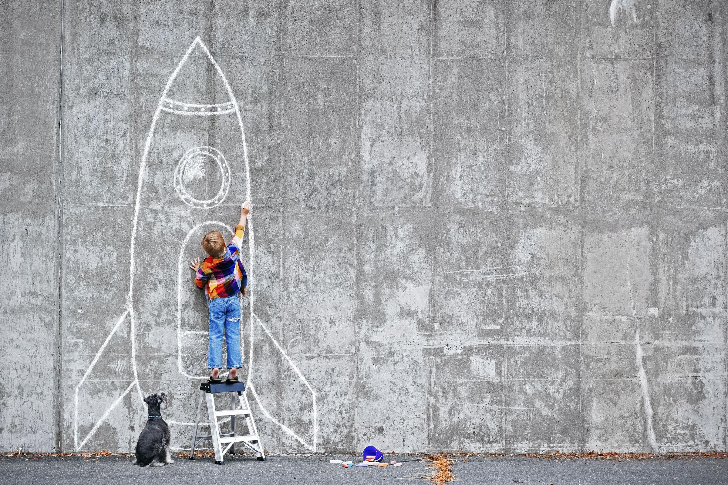 Criança-imaginando-foguete-voando