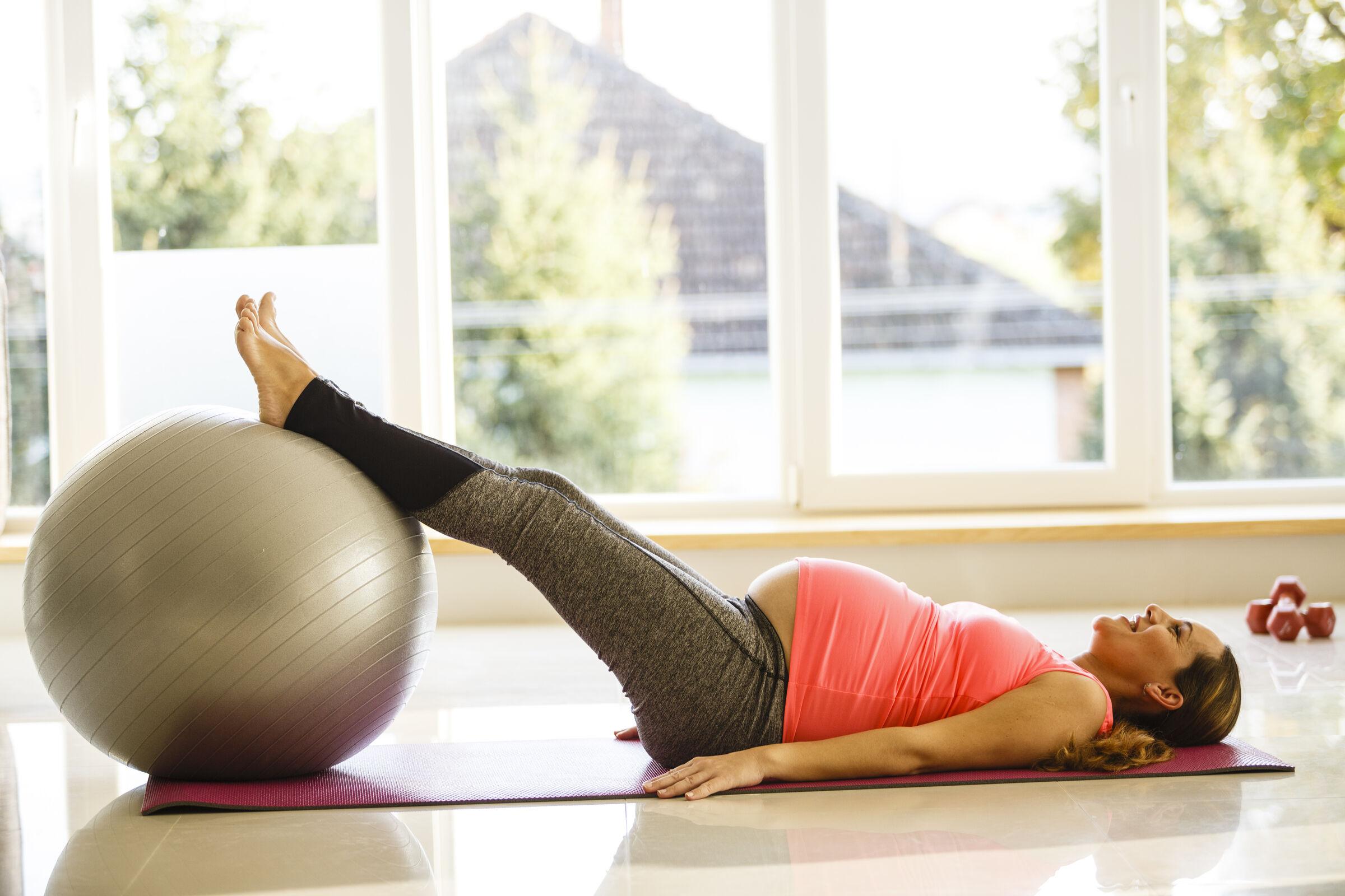 Mulher-grávida-fazendo-exercícios-de-empurrar-e-trazer-a-bola-para-perto