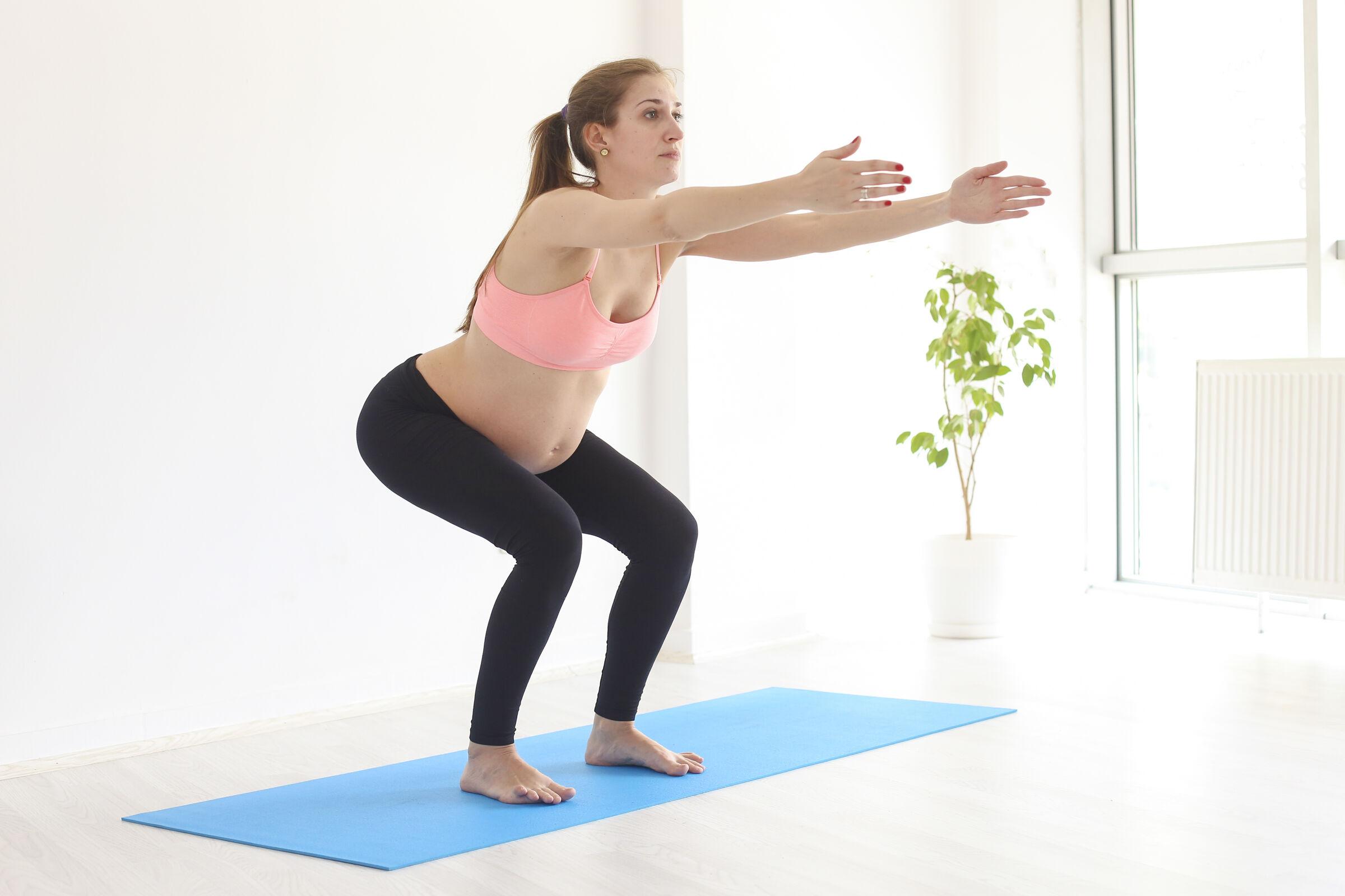 Grávida-fazendo-exercício-de-agachamento
