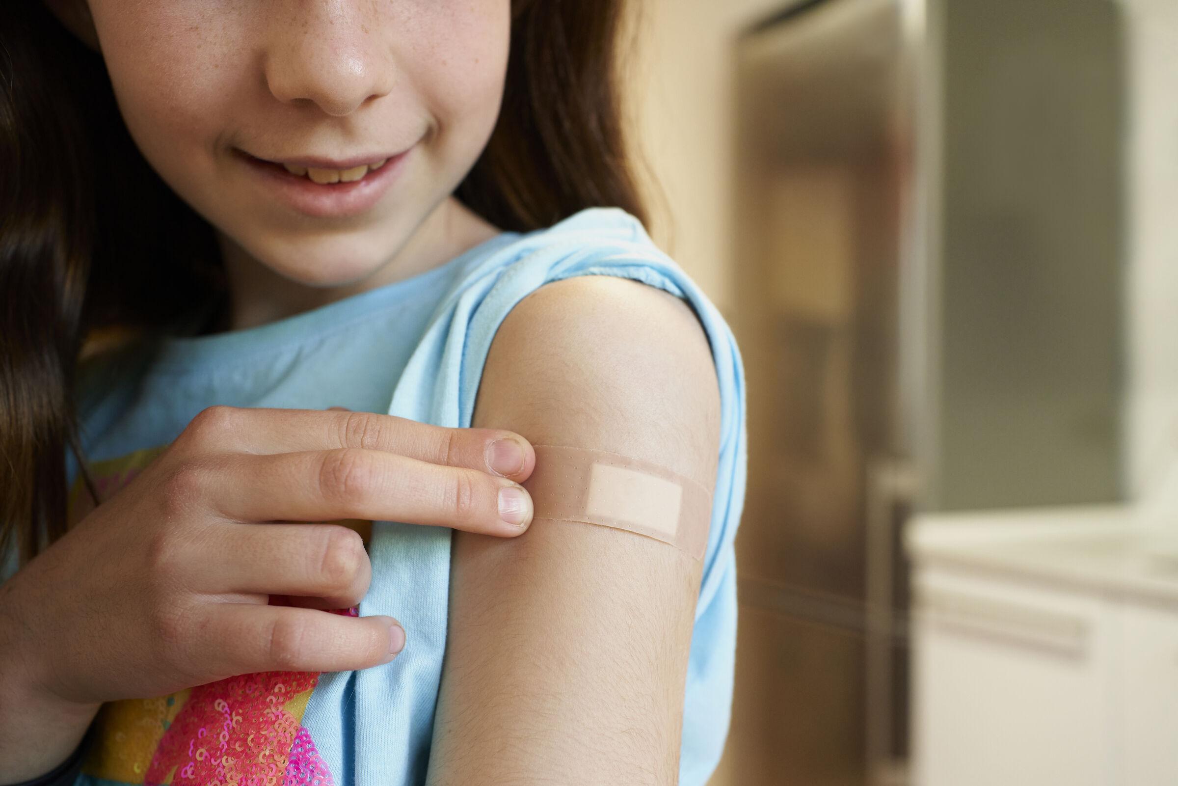 Menina-alegre-apos-tomar-a-vacina